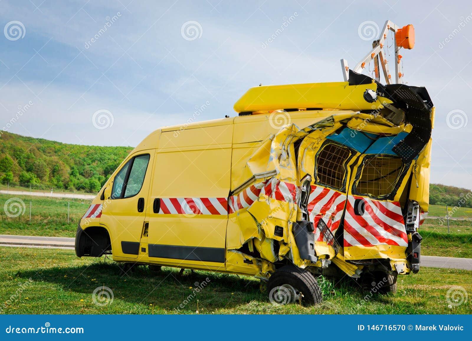Parte posteriore nociva automobilistica schiantata di sicurezza gialla e parte laterale