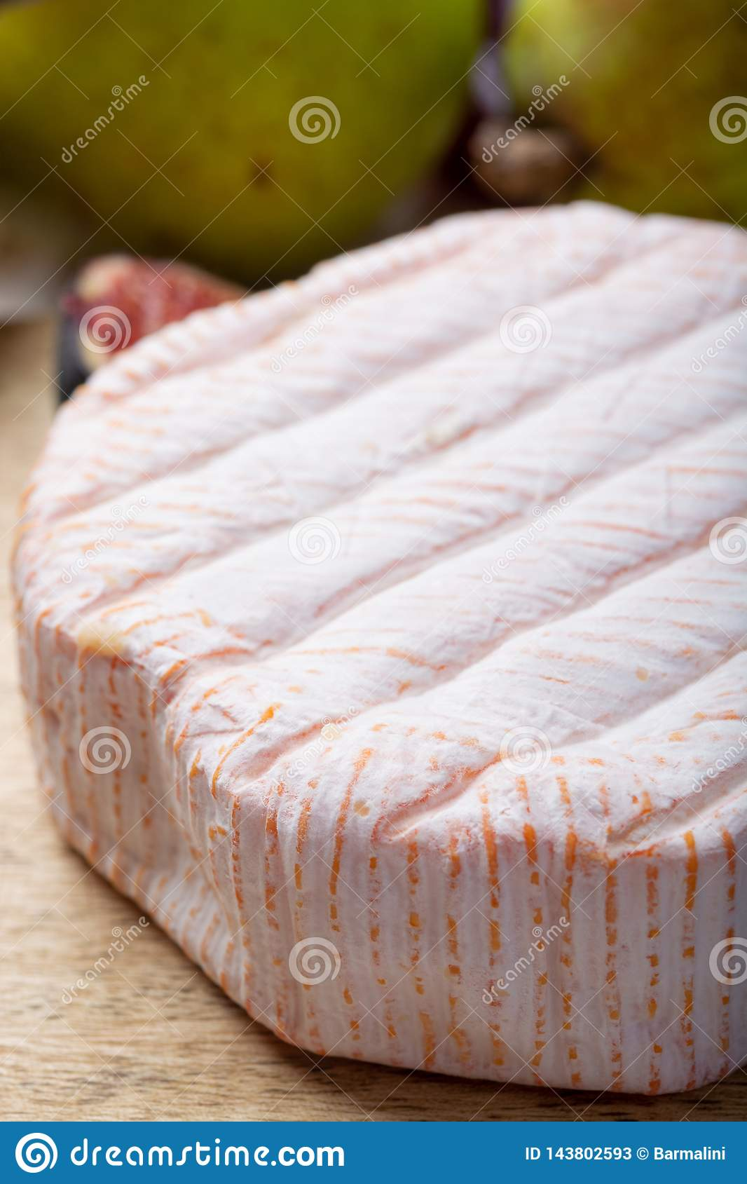 Parte redonda de queijo franc?s Fleur Rouge feita do leite de vaca servido como a sobremesa com figos e as peras frescos