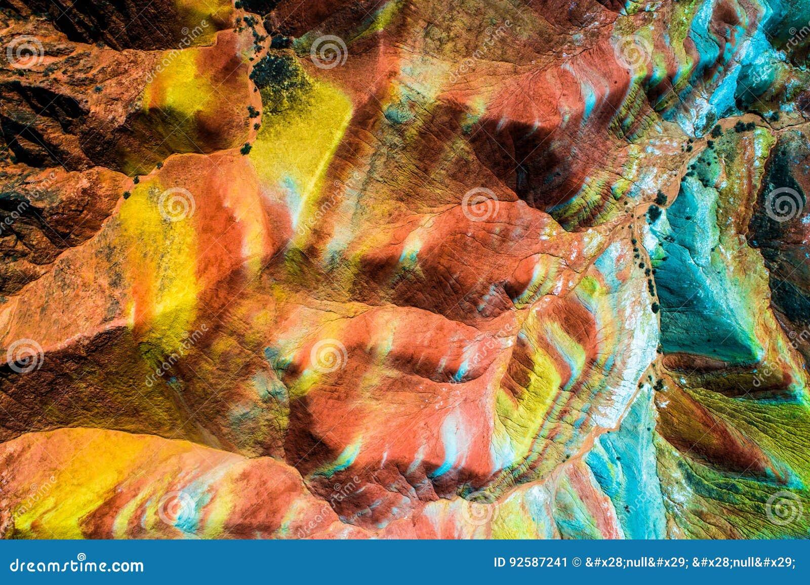 A parte superior aérea vê para baixo nas montanhas do arco-íris de Zhangye que indicam o teste padrão colorido