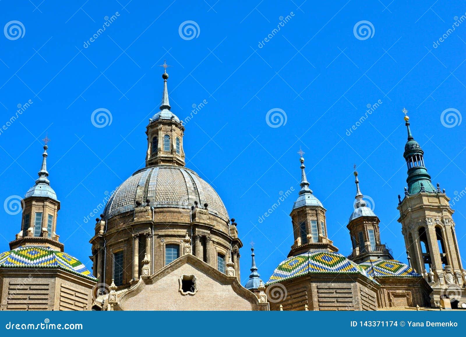 Parte superior do EL Pilar Cathedral em Zaragoza, Espanha