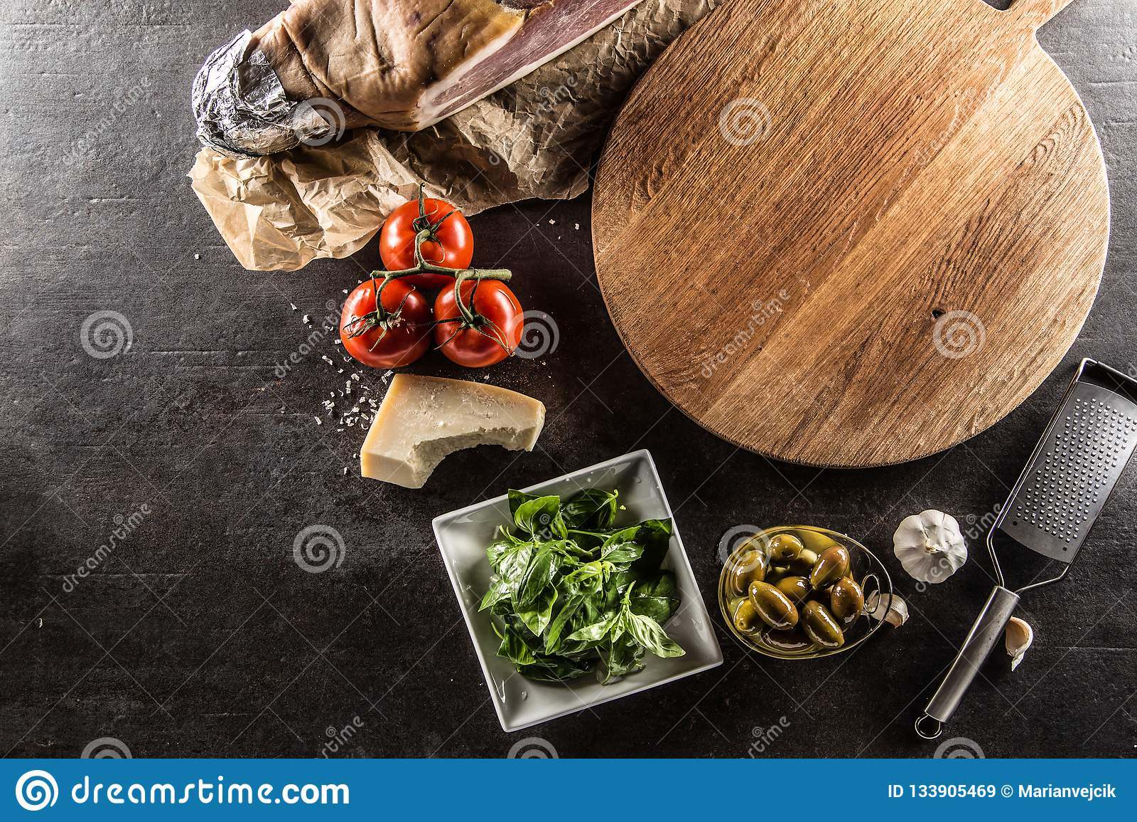 Parte superior do parme vazio da manjericão do alho das azeitonas dos tomates da placa da pizza da vista