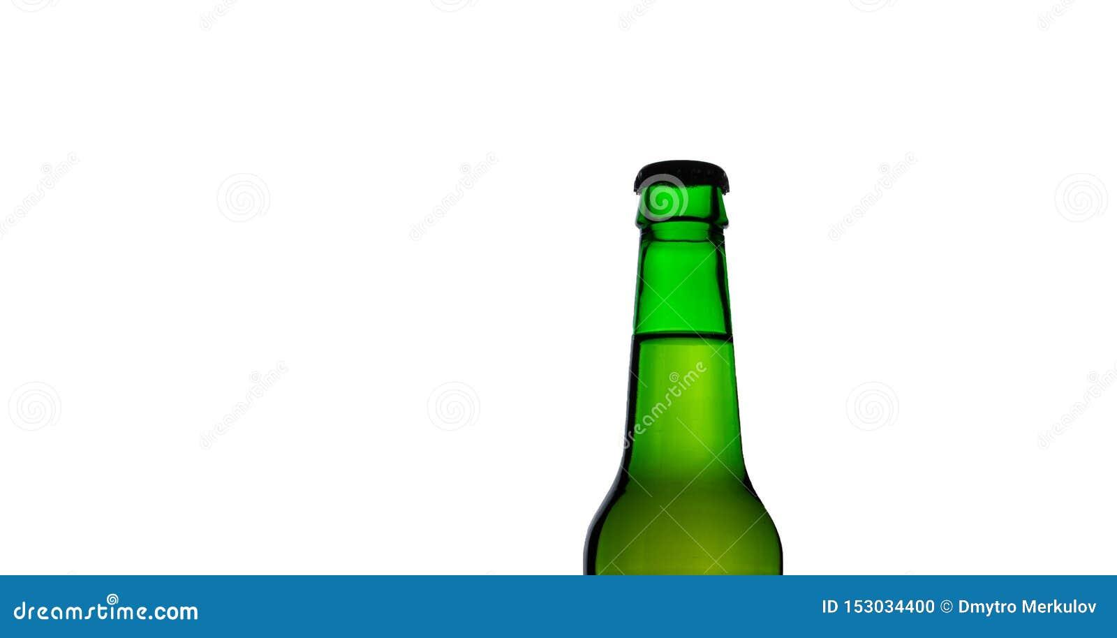 Parte superior isolada da garrafa de cerveja verde