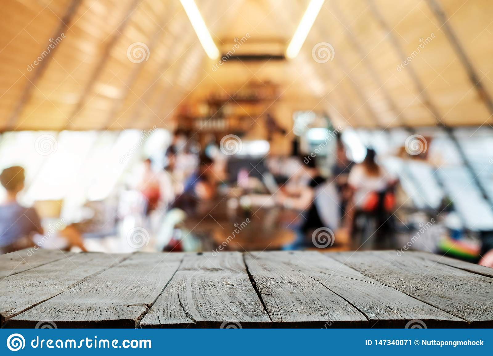 Parte superior vazia do espaço de madeira da madeira da mesa das prateleiras