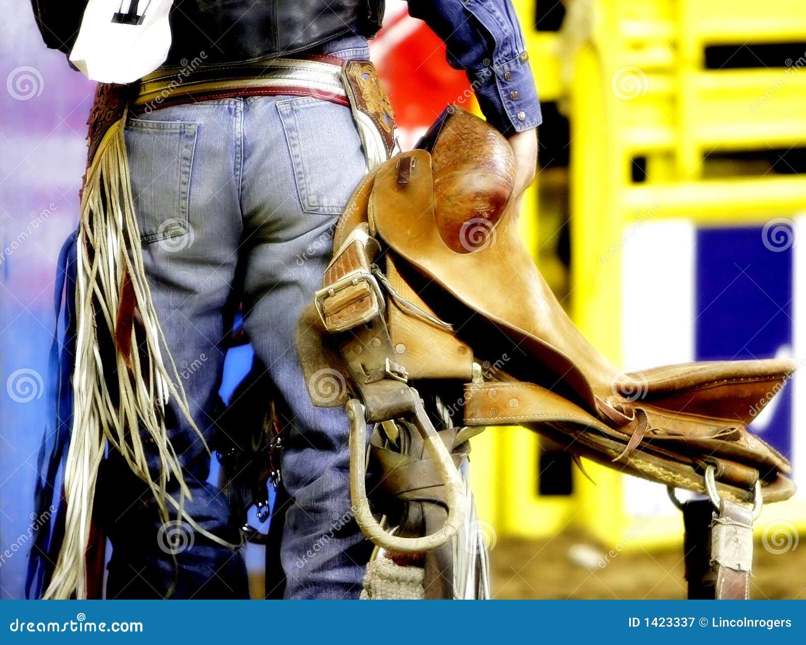 Parte traseira de um cowboy do rodeio com sua sela