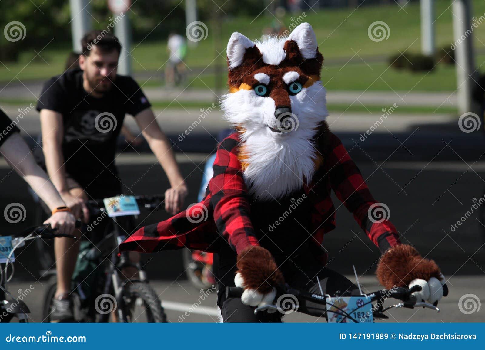 Partecipanti al giro annuale di carnevale dei ciclisti lungo il viale di Pobediteley