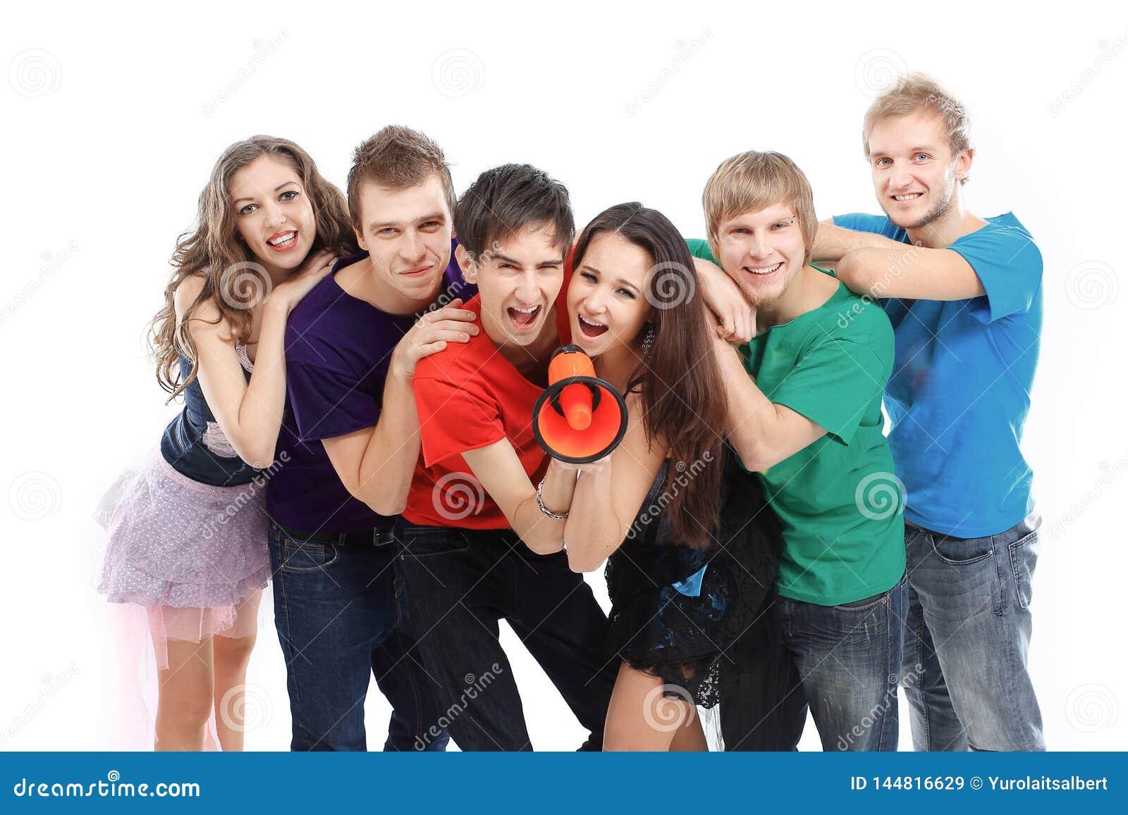 Partecipanti della banda rock di musica della gioventù che grida in un megafono