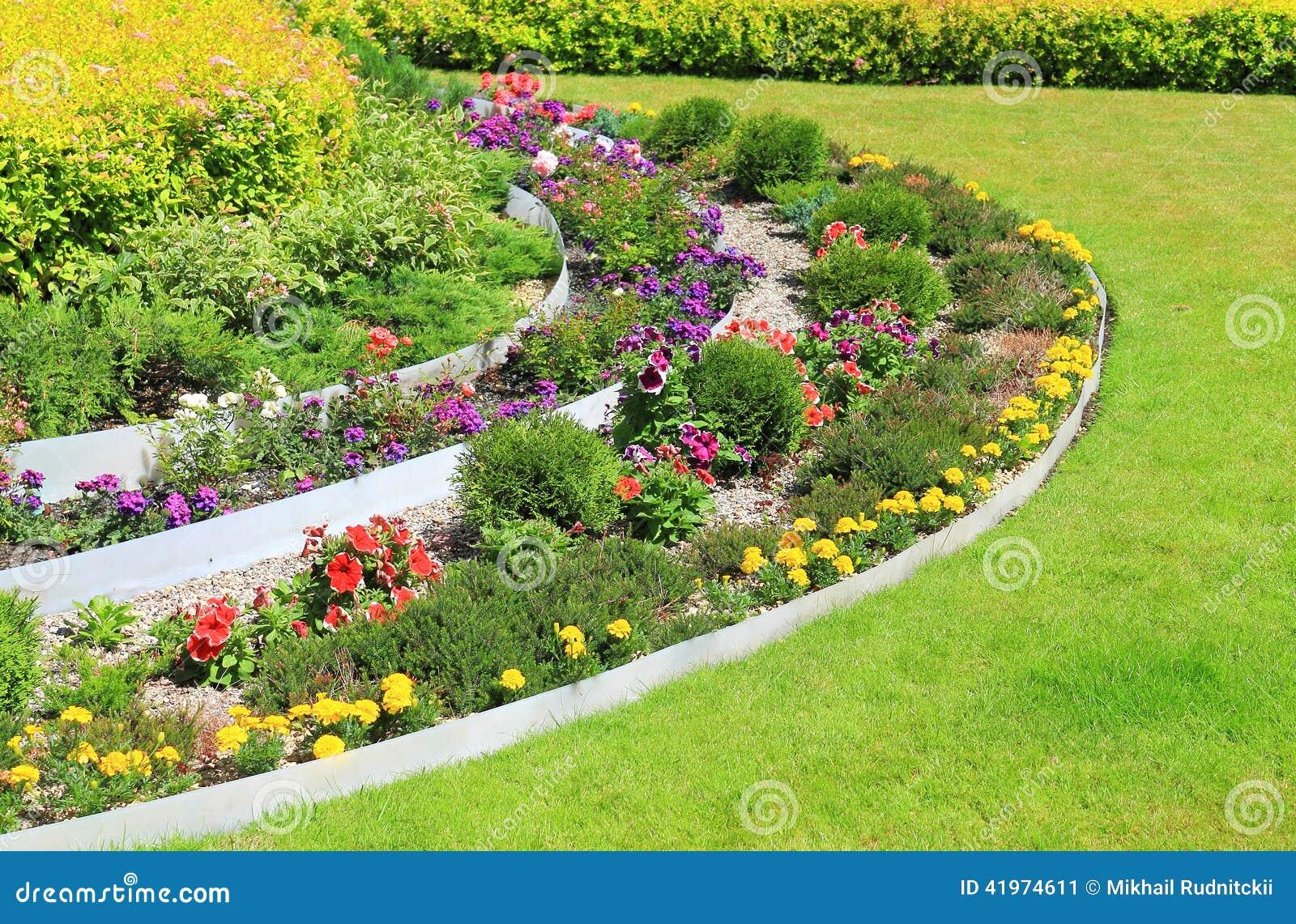 parterre d coratif sur une pelouse photo stock image. Black Bedroom Furniture Sets. Home Design Ideas