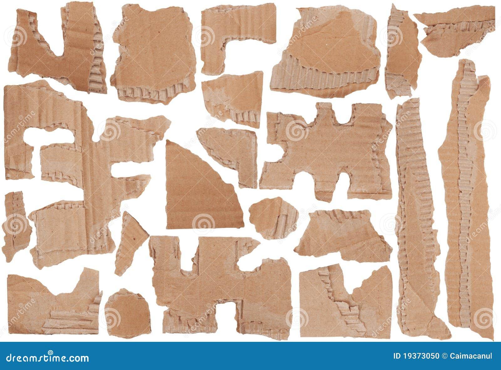 Partes de cartão ondulado marrom rasgado