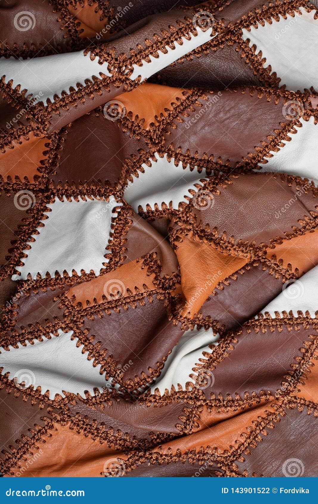 Partes de couro multi-colorido costurado com linha, tela amolgada