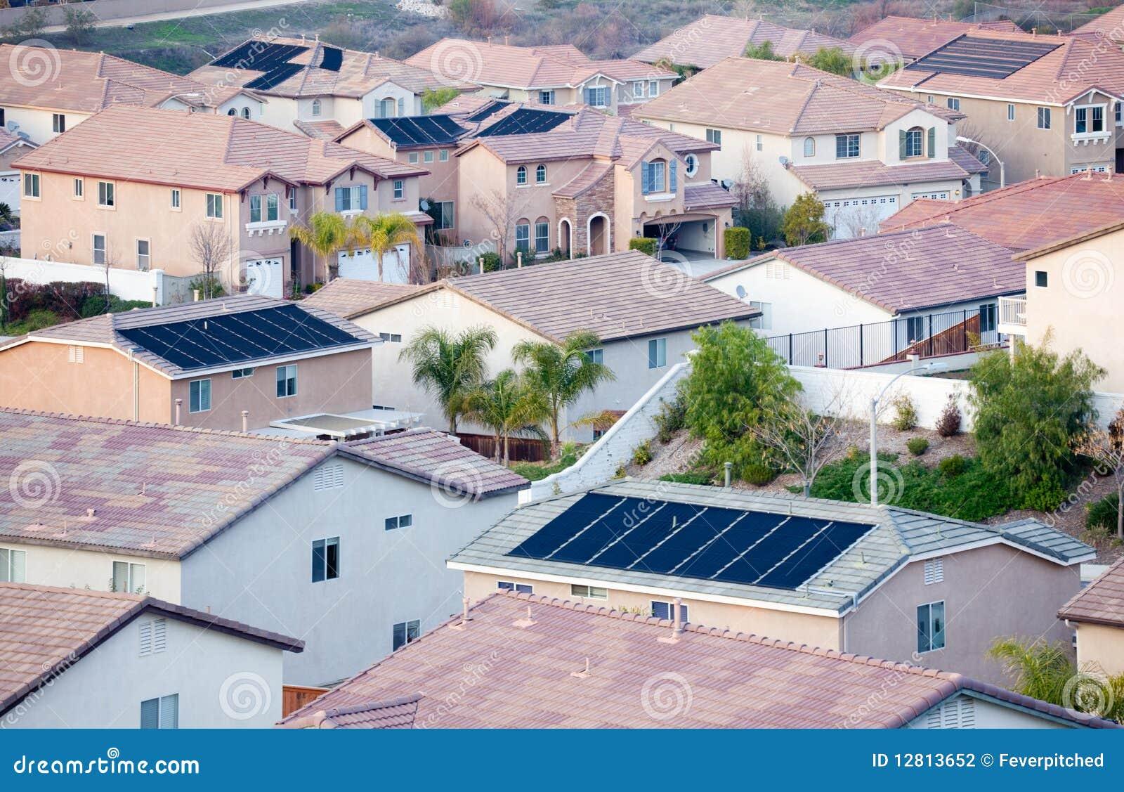 Partes superiores do telhado da vizinhança com painéis solares