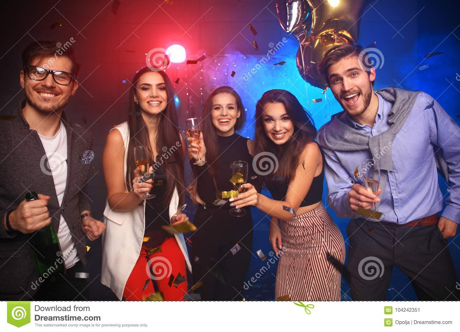 Parti för nytt år, ferier, beröm, uteliv och folkbegrepp - ungdomarsom har rolig dans på ett parti