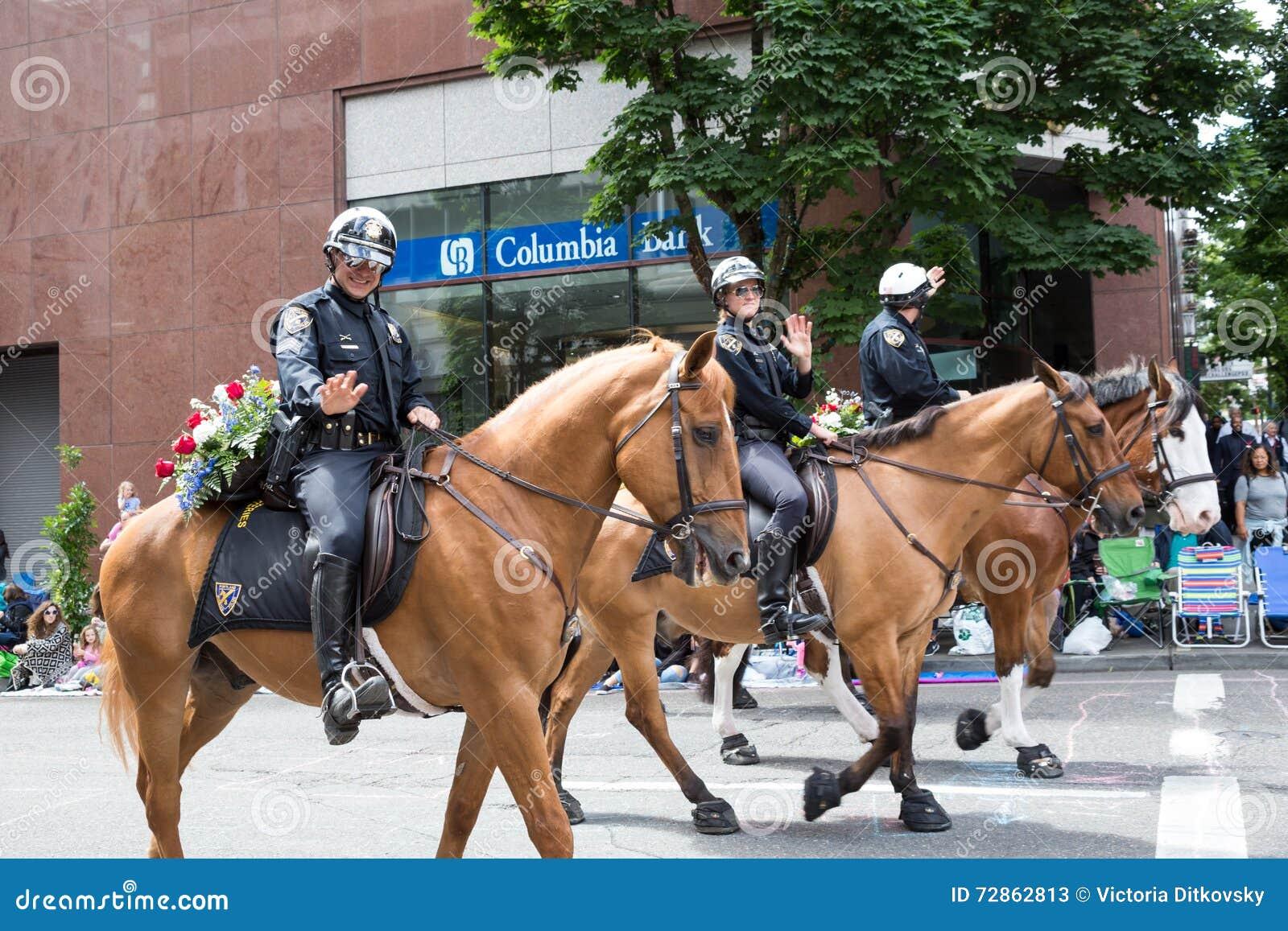 Participant de police de Portland au défilé floral grand