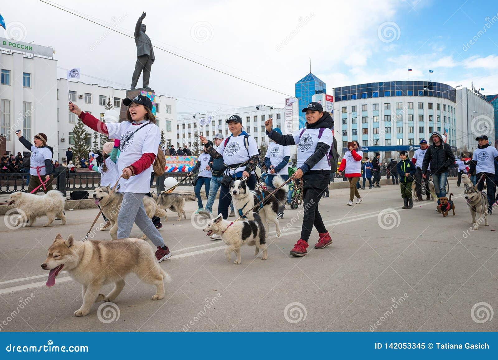 Participantes da parada da demonstração - federação de Sledding da república de Sakha Yakutia
