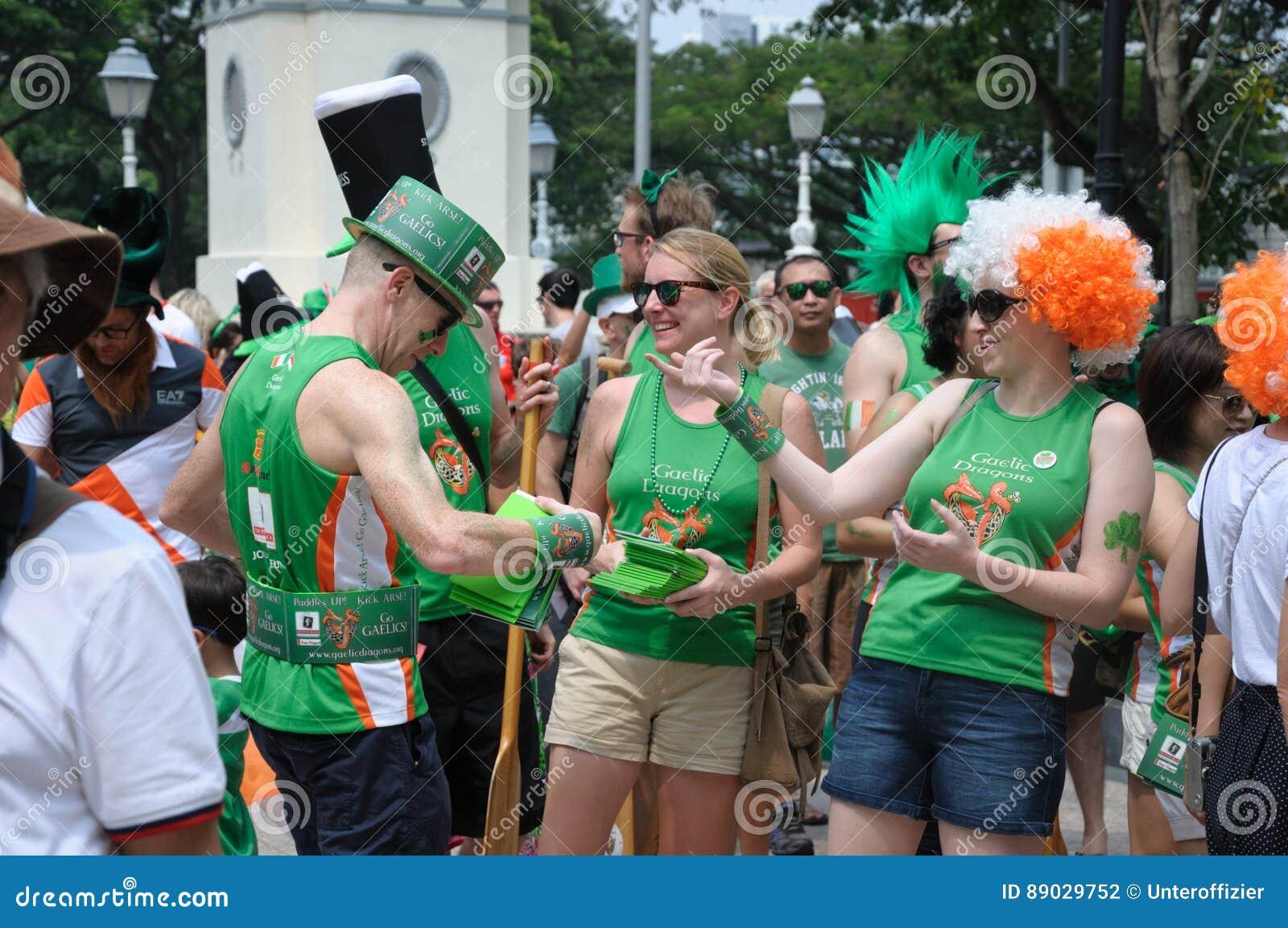 Participantes da parada do dia do ` s de St Patrick