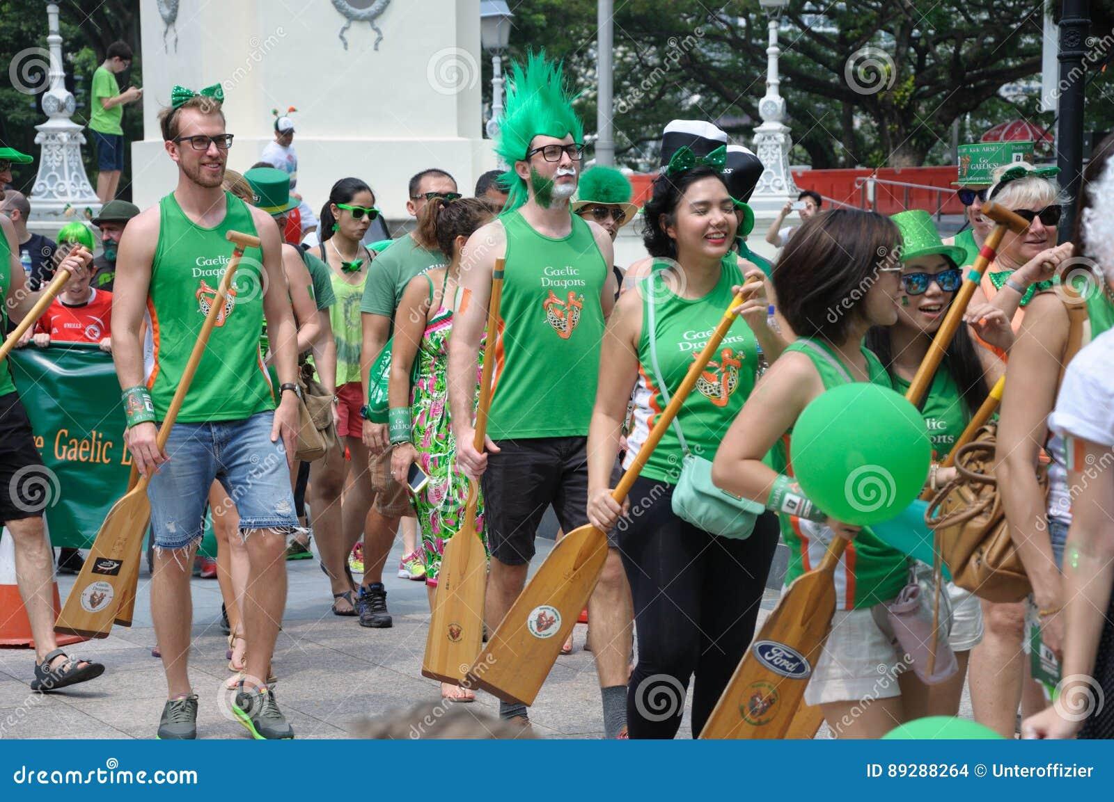 Participantes del desfile del día del ` s de St Patrick