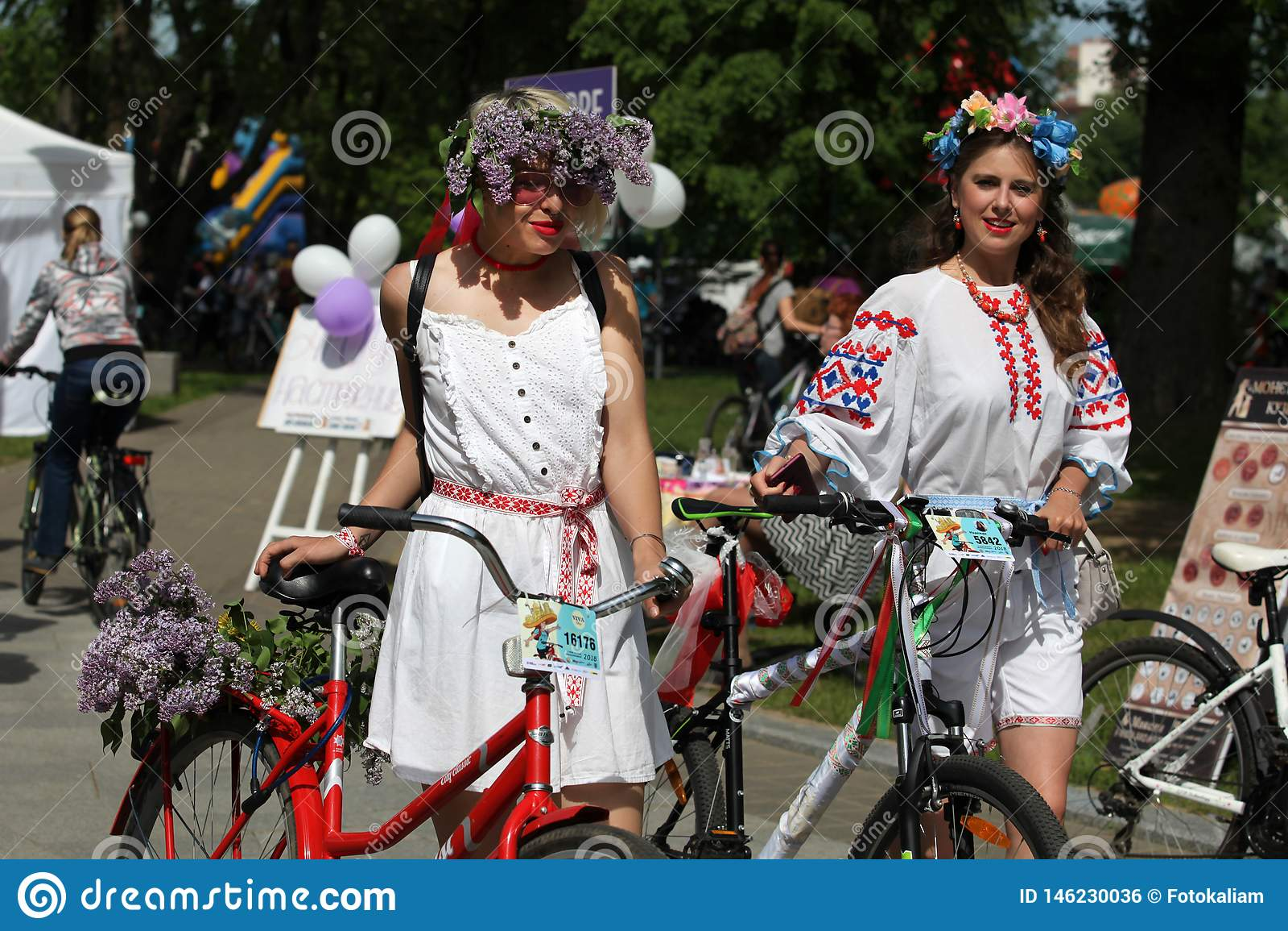 Participantes en el carnaval anual de los ciclistas, Minsk, Bielorrusia