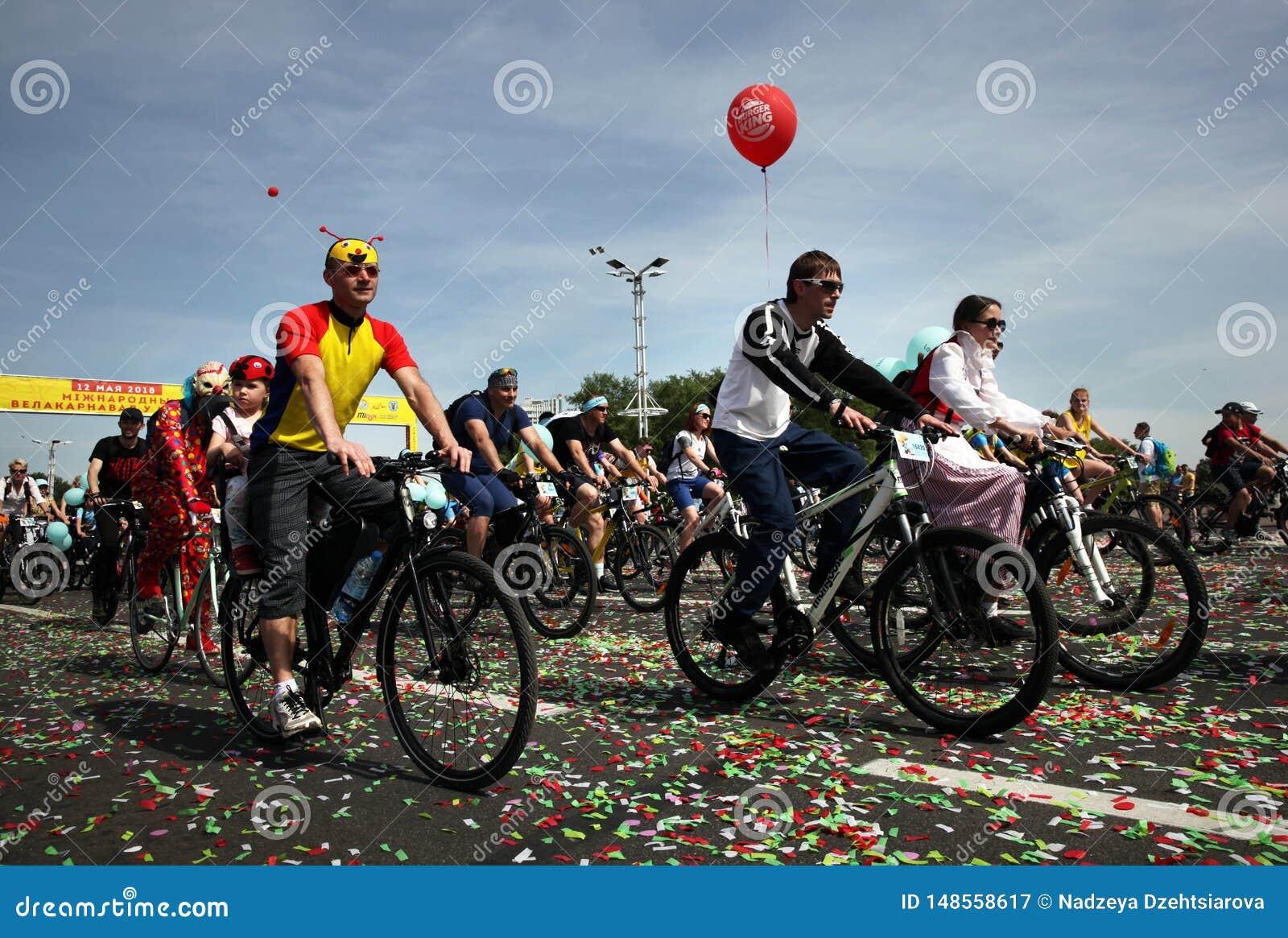 Participantes en el paseo anual del carnaval de los ciclistas a lo largo de la avenida de Pobediteley