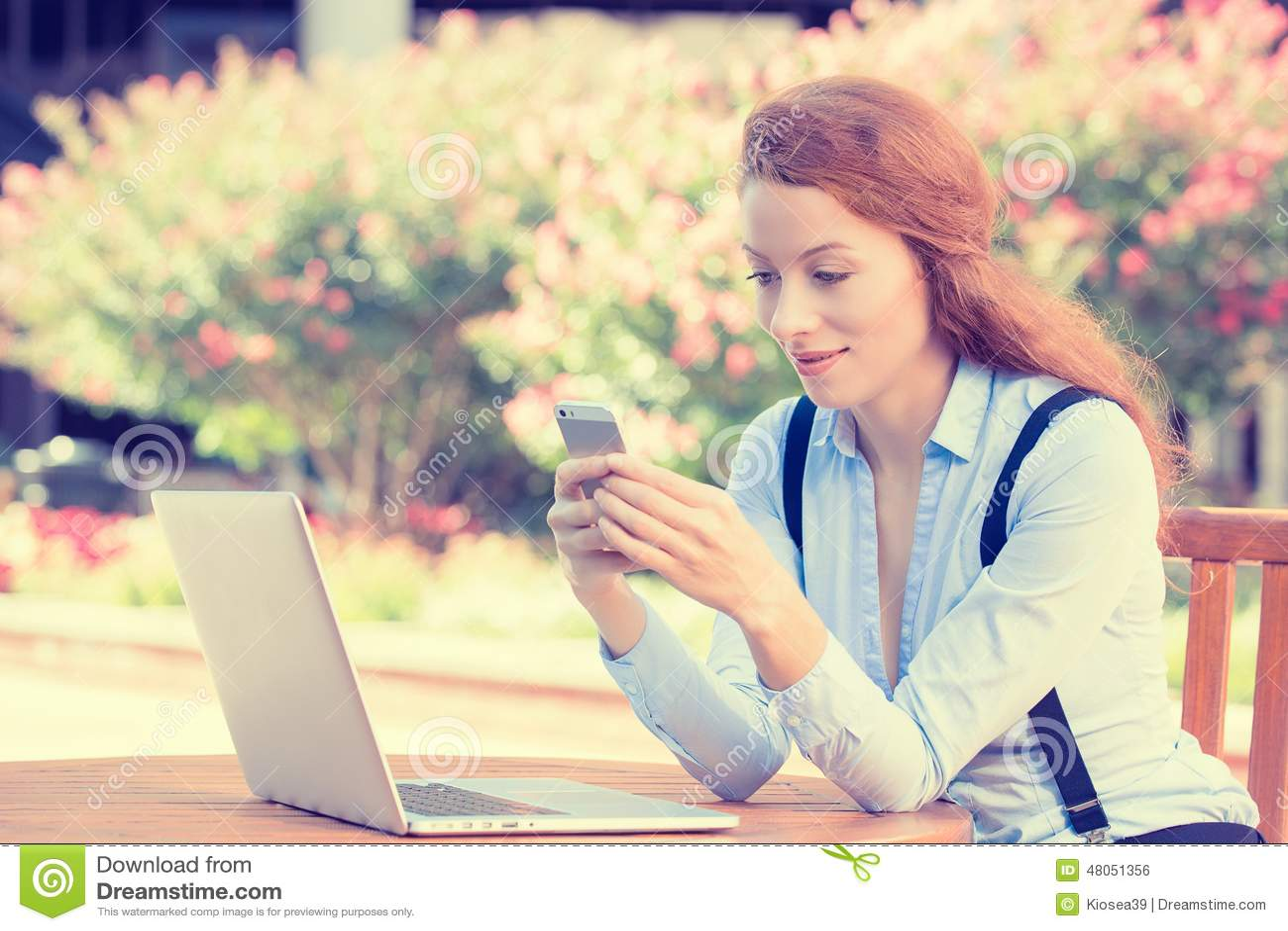 Participation de femme, utilisant futé, le téléphone portable et l ordinateur