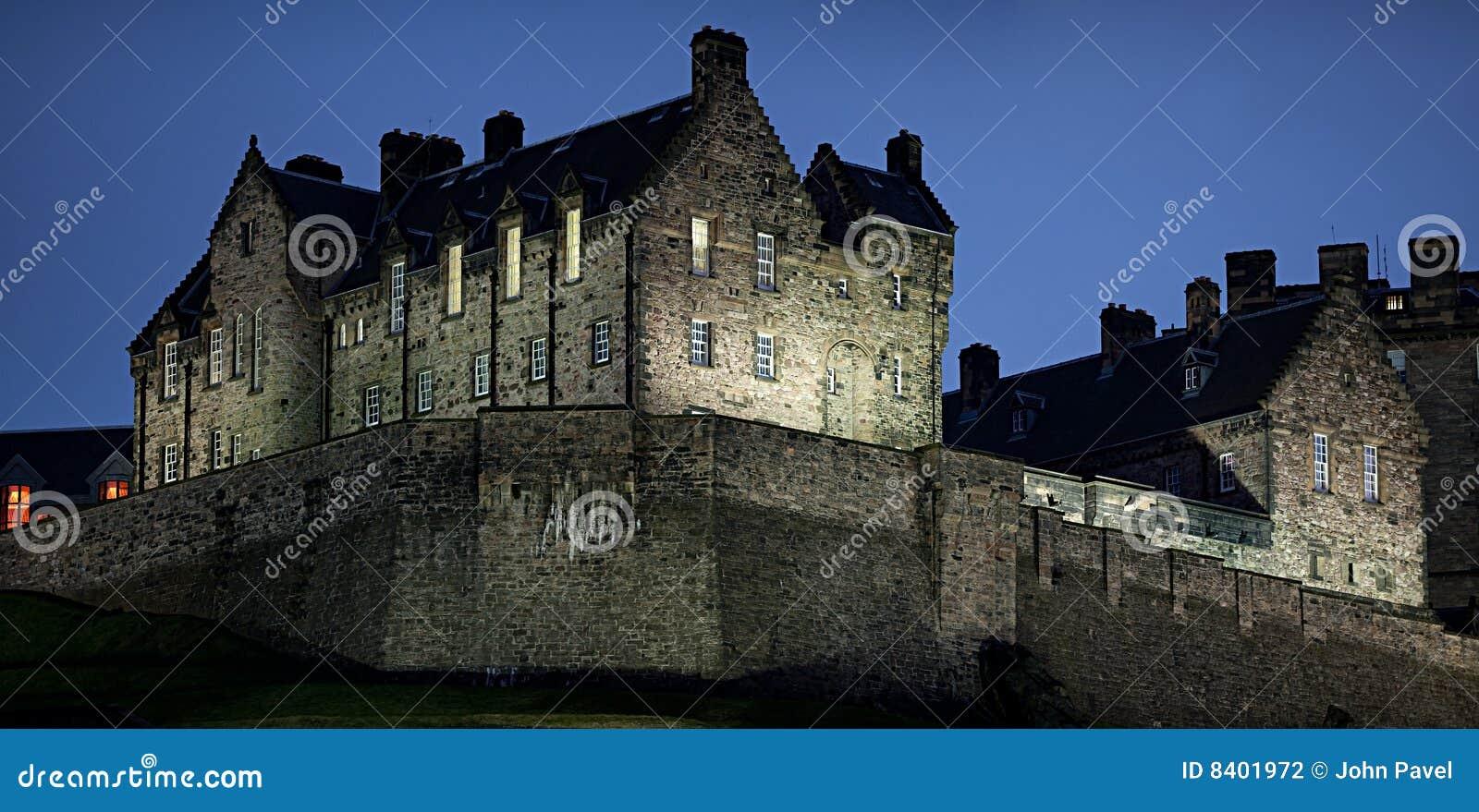 Particolare del castello di Edinburgh al tramonto in inverno