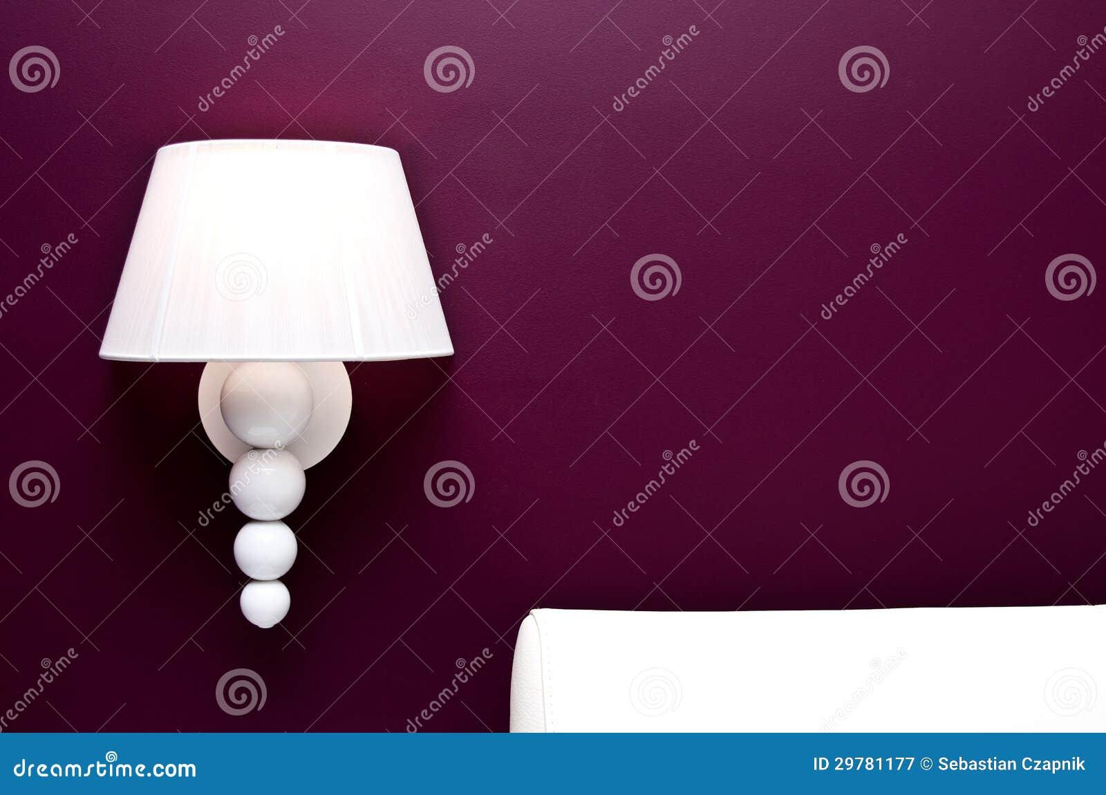 Lampada e parete porpora immagine stock immagine di for Lampade da comodino particolari