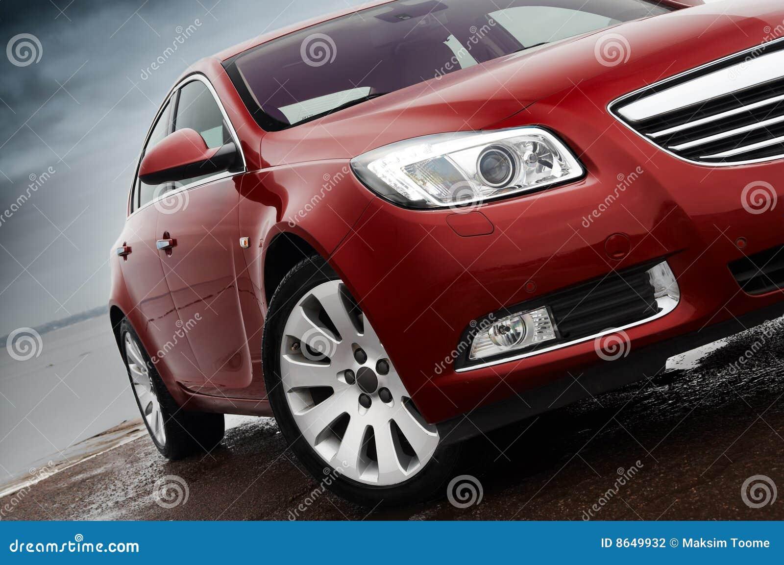 Particolare della parte anteriore dell automobile di colore rosso di ciliegia