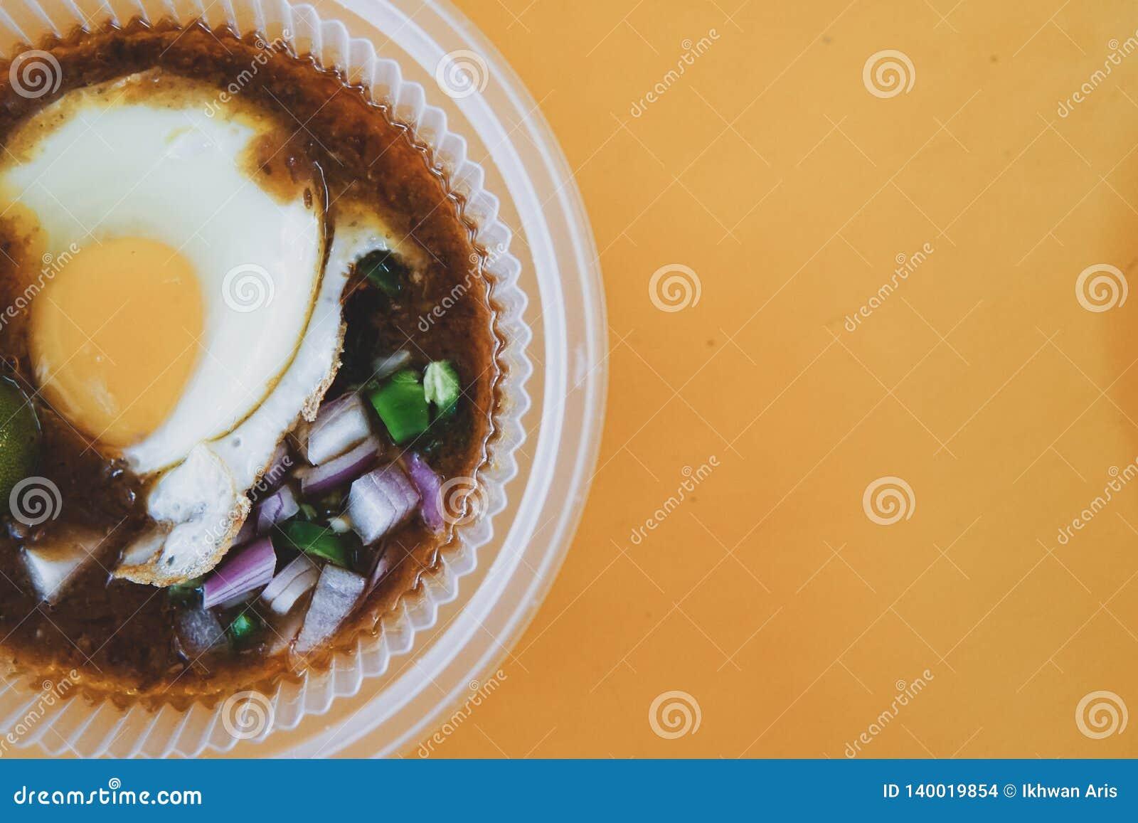 A particulièrement fait le pain grillé avec de la sauce à haricot servie avec l oeuf, populaire dans l état de Johor en Malaisie
