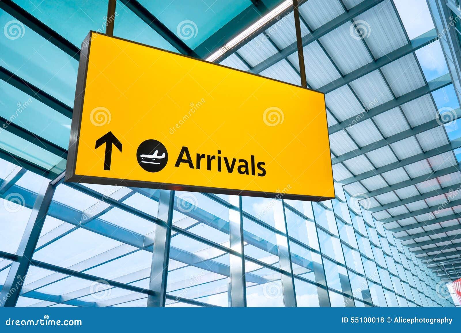 A partida e a chegada do aeroporto assinam em Heathrow, Londres
