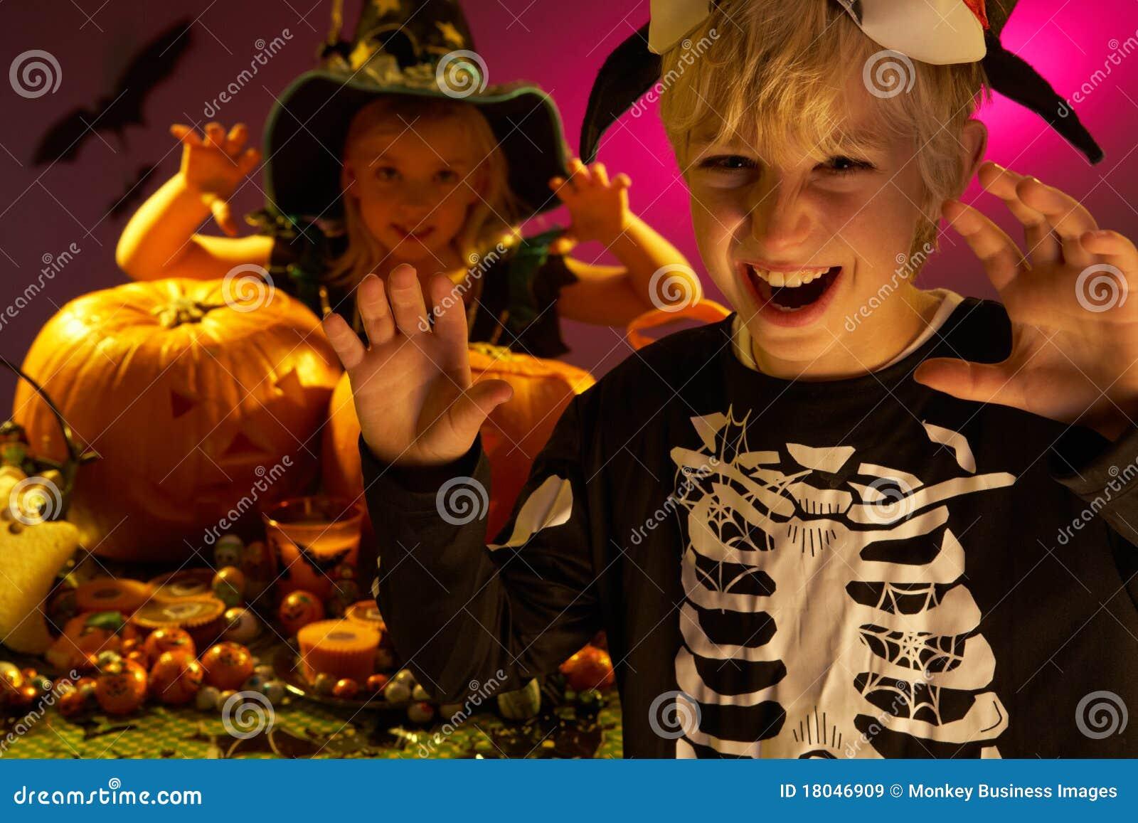 Partido de Halloween com crianças