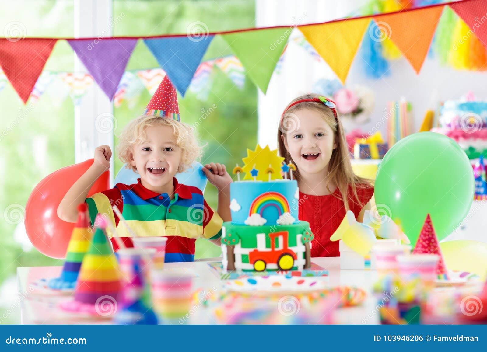 Partido de los niños Torta de cumpleaños con las velas para el niño