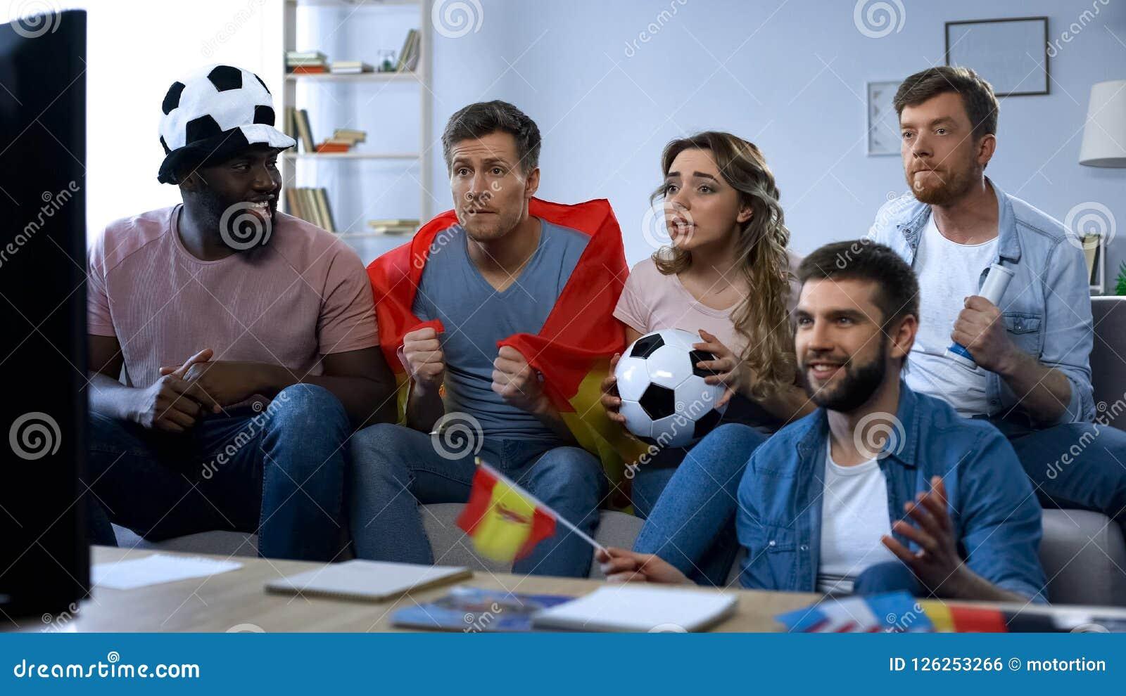 Partido de observación de los amigos españoles en la TV en casa, apoyando al equipo, unidad