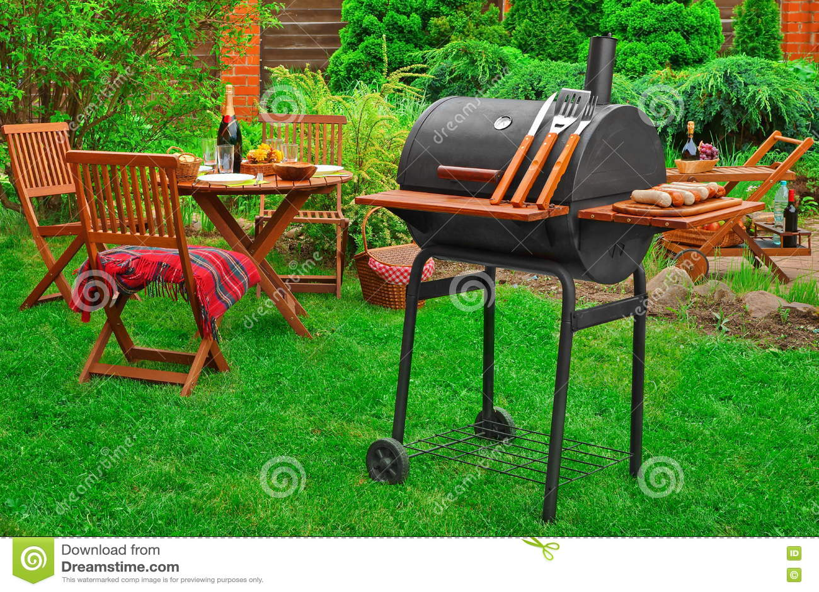 Partido del Bbq del fin de semana del verano o escena de la comida campestre en el césped