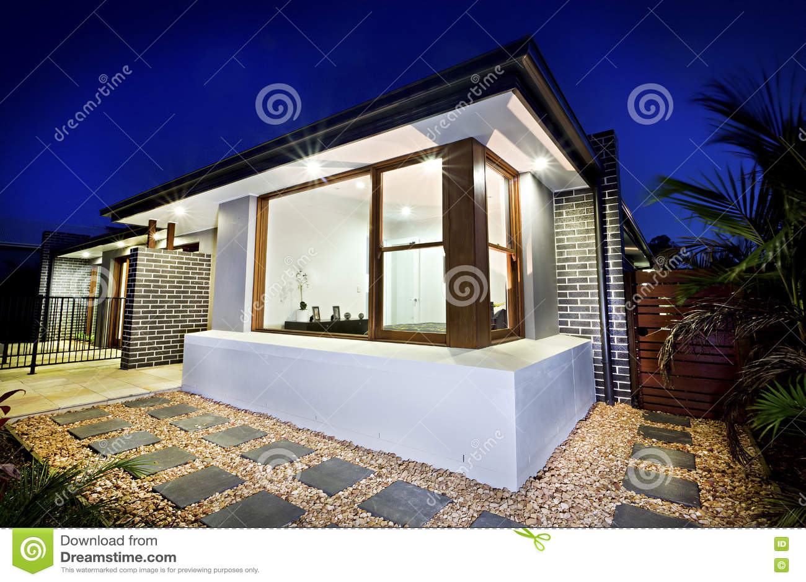 Gravier Autour De La Maison partie antérieure de manoir illuminée la nuit avec un jardin