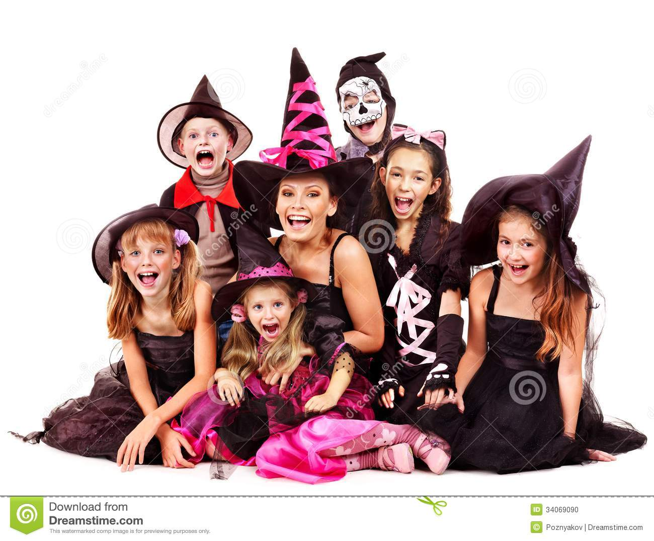 partie de halloween avec l 39 enfant de groupe tenant d couper le potiron photo stock image. Black Bedroom Furniture Sets. Home Design Ideas