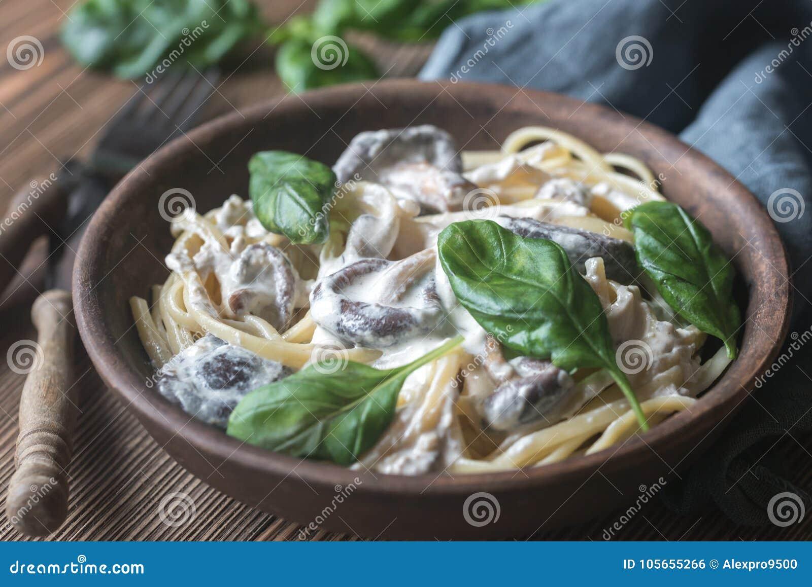 Partie de linguine crémeux de champignon