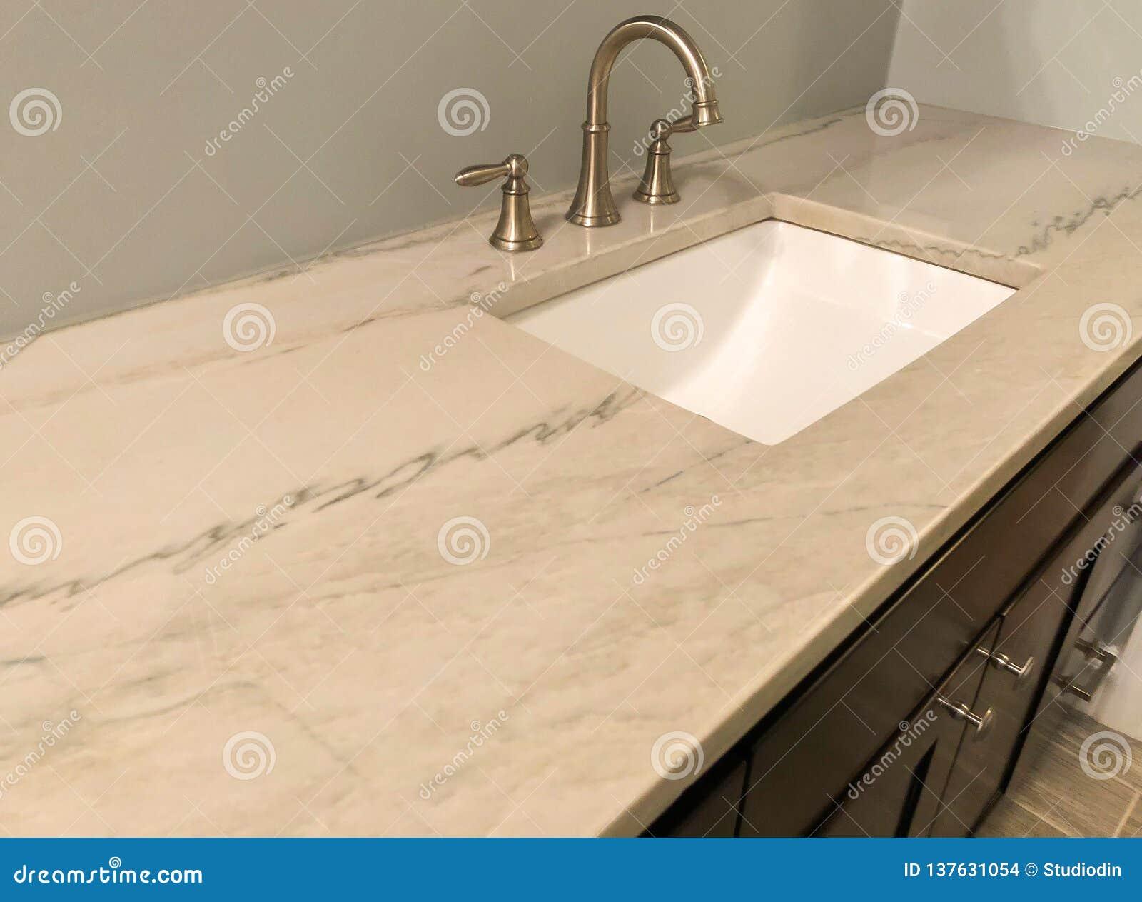 Plan De Travail Granit Beige partie supérieure du comptoir de granit avec le robinet