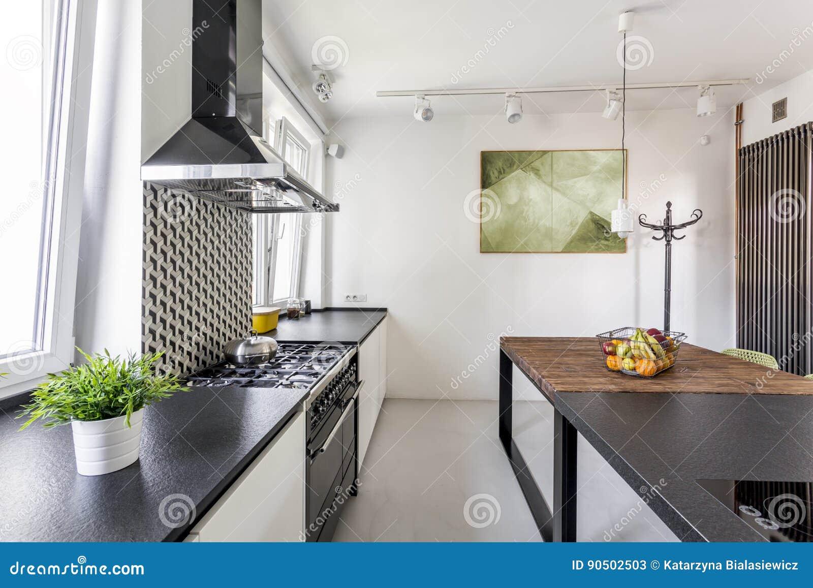 partie suprieure du comptoir noire dans la cuisine de scandi