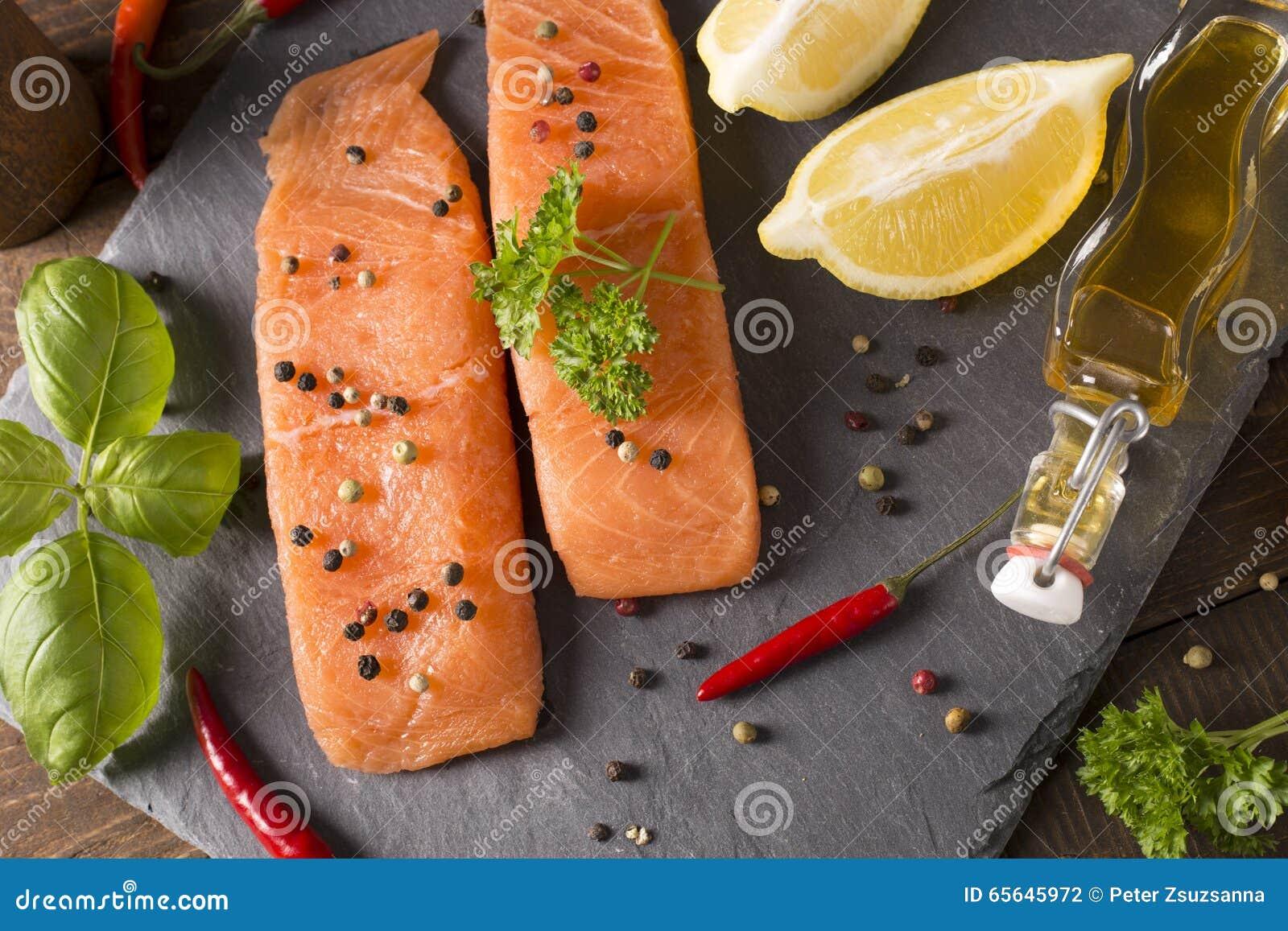 Parties de filet saumoné frais