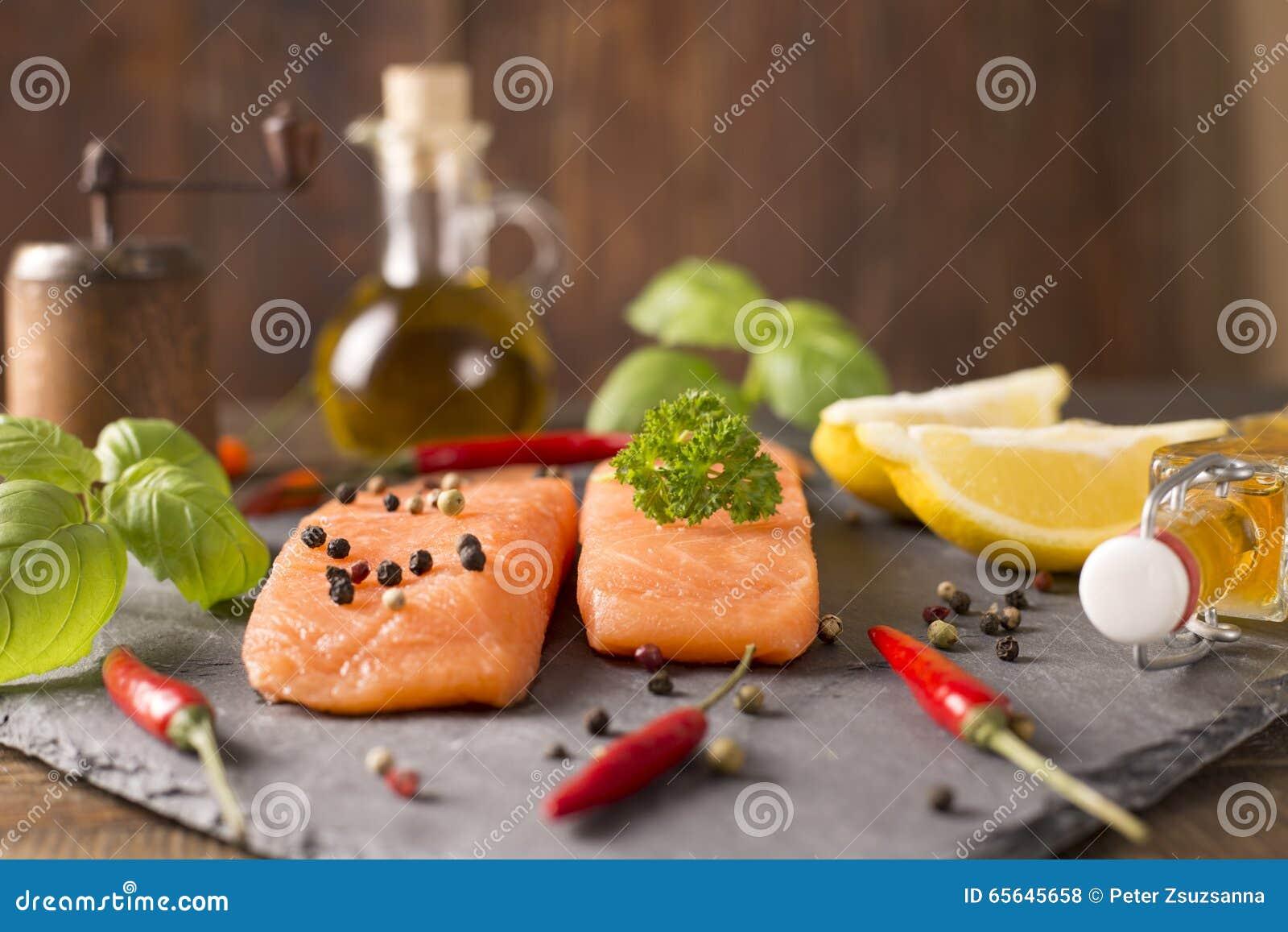 Parties de filets saumonés frais