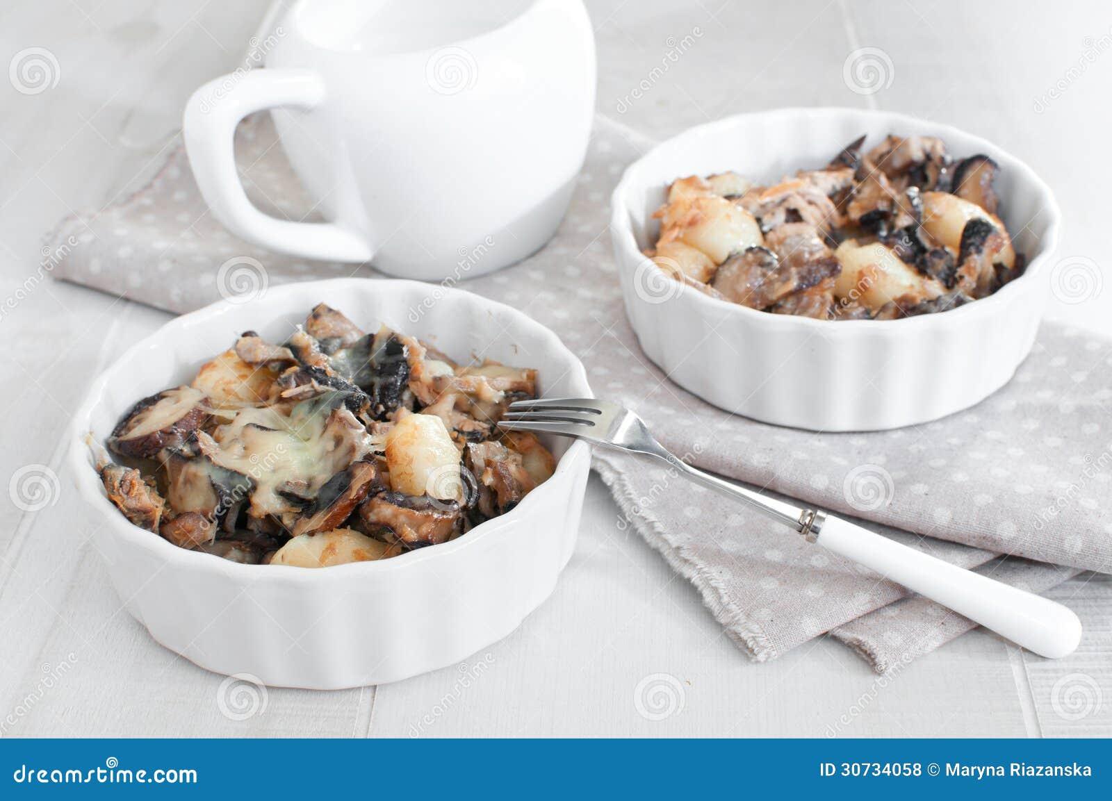 Parties de thon cuit au four avec des champignons