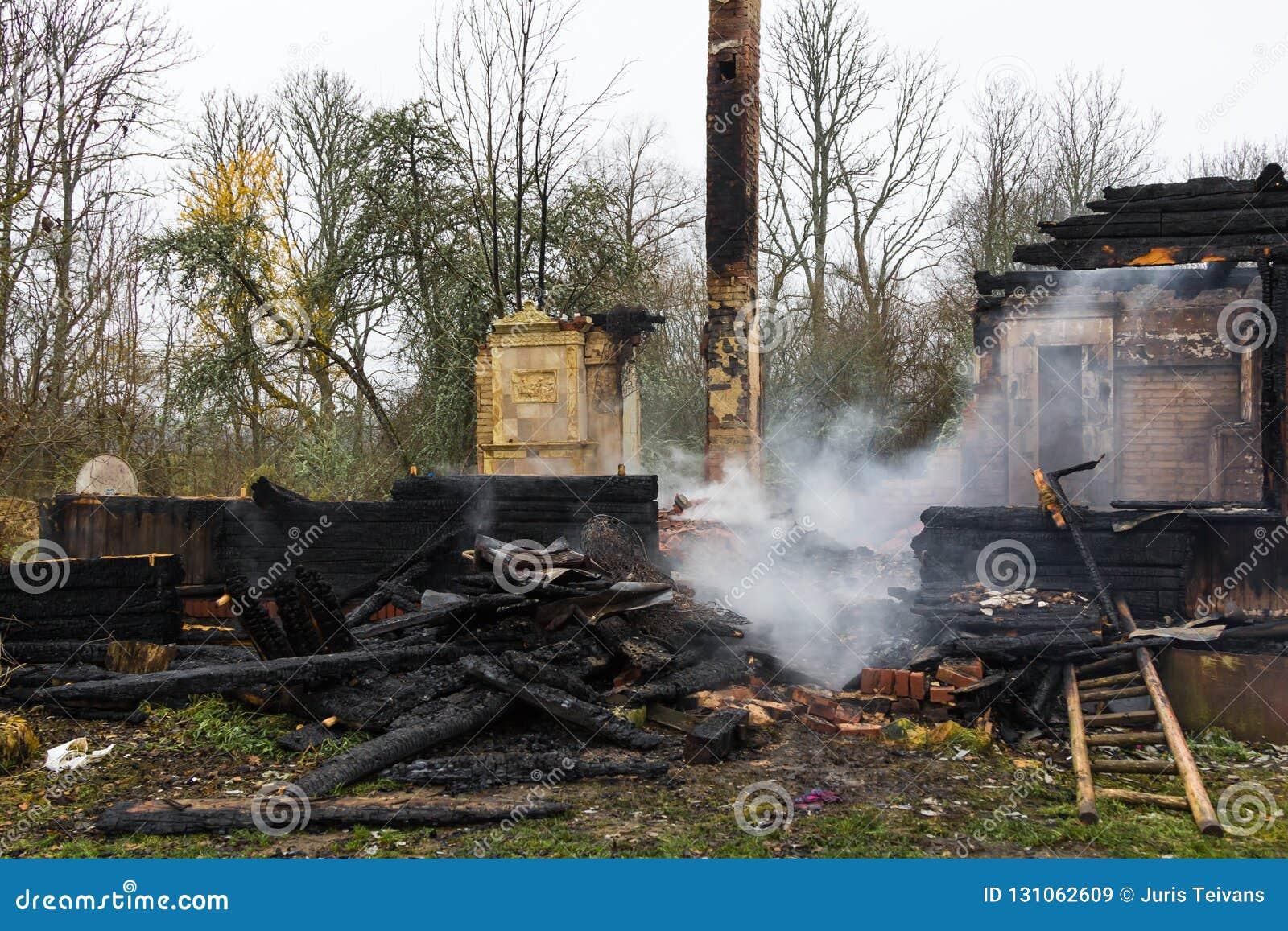 Parties en bois carbonisées d une maison brûlée dans la campagne