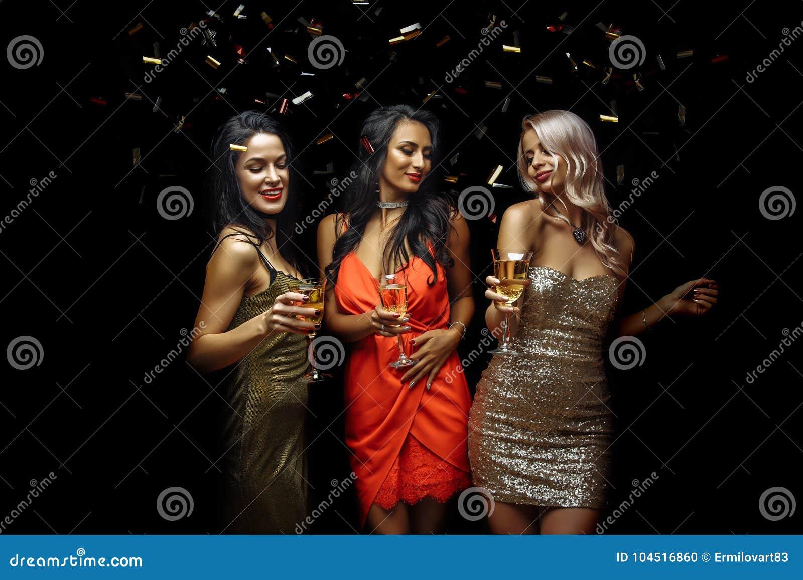 Partij, vakantie, viering, nachtleven en mensenconcept - glimlachende vrienden die in club dansen