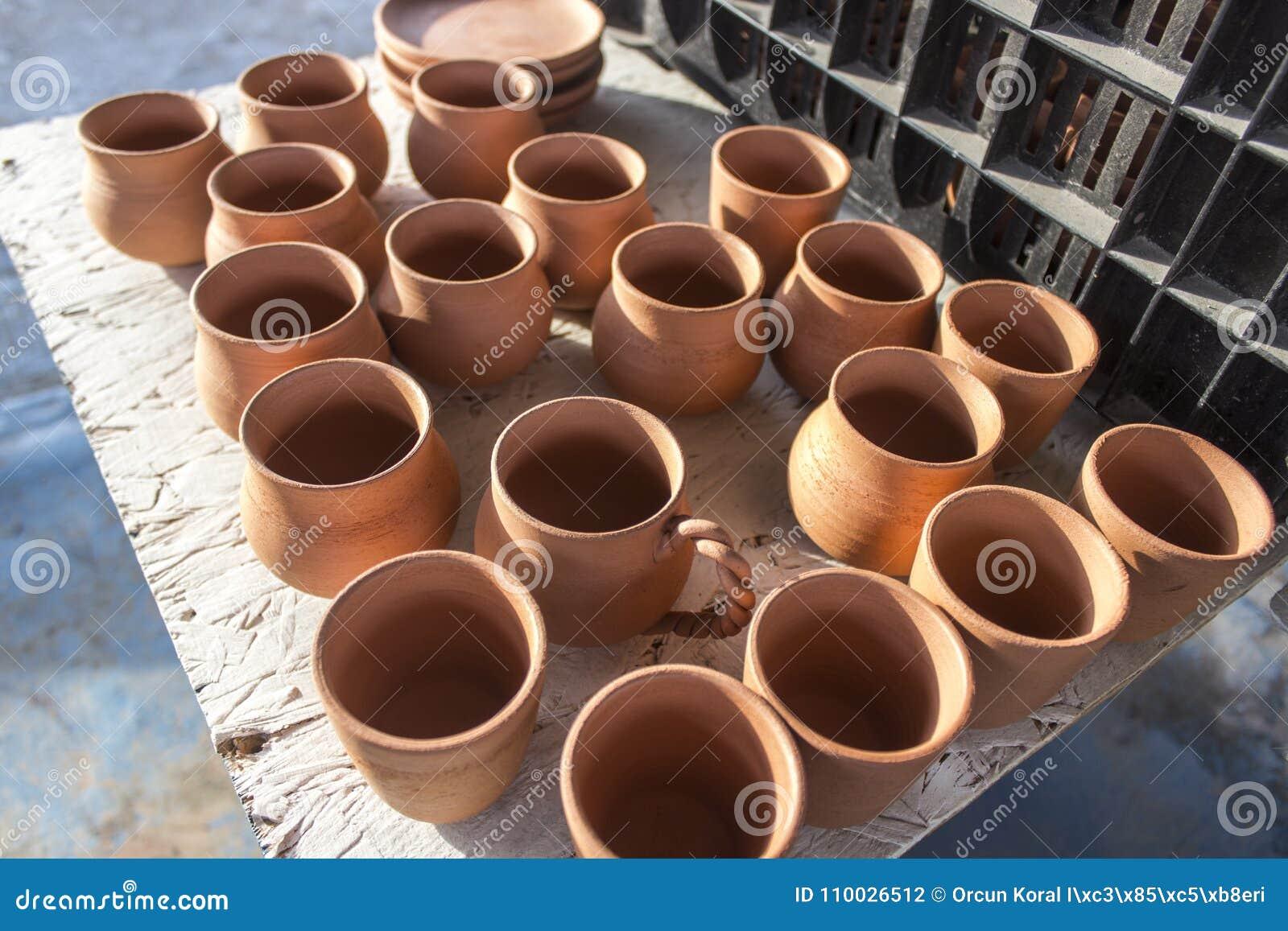 Partij van ceramische vaas in zonsondergangtijd