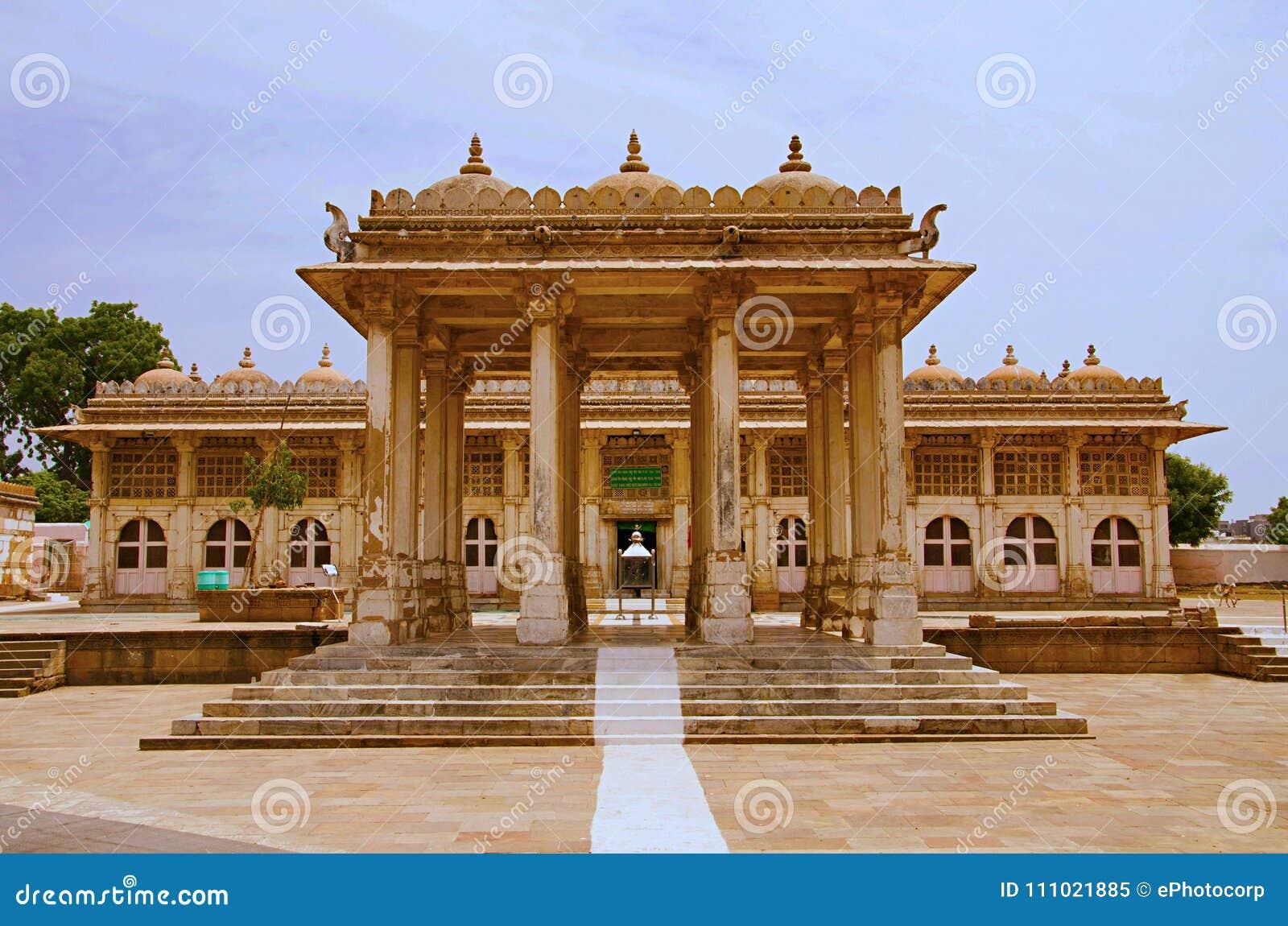 Partisk sikt av det Sarkhej Roza, moské- och gravvalvkomplexet Makarba Ahmedabad, Gujarat