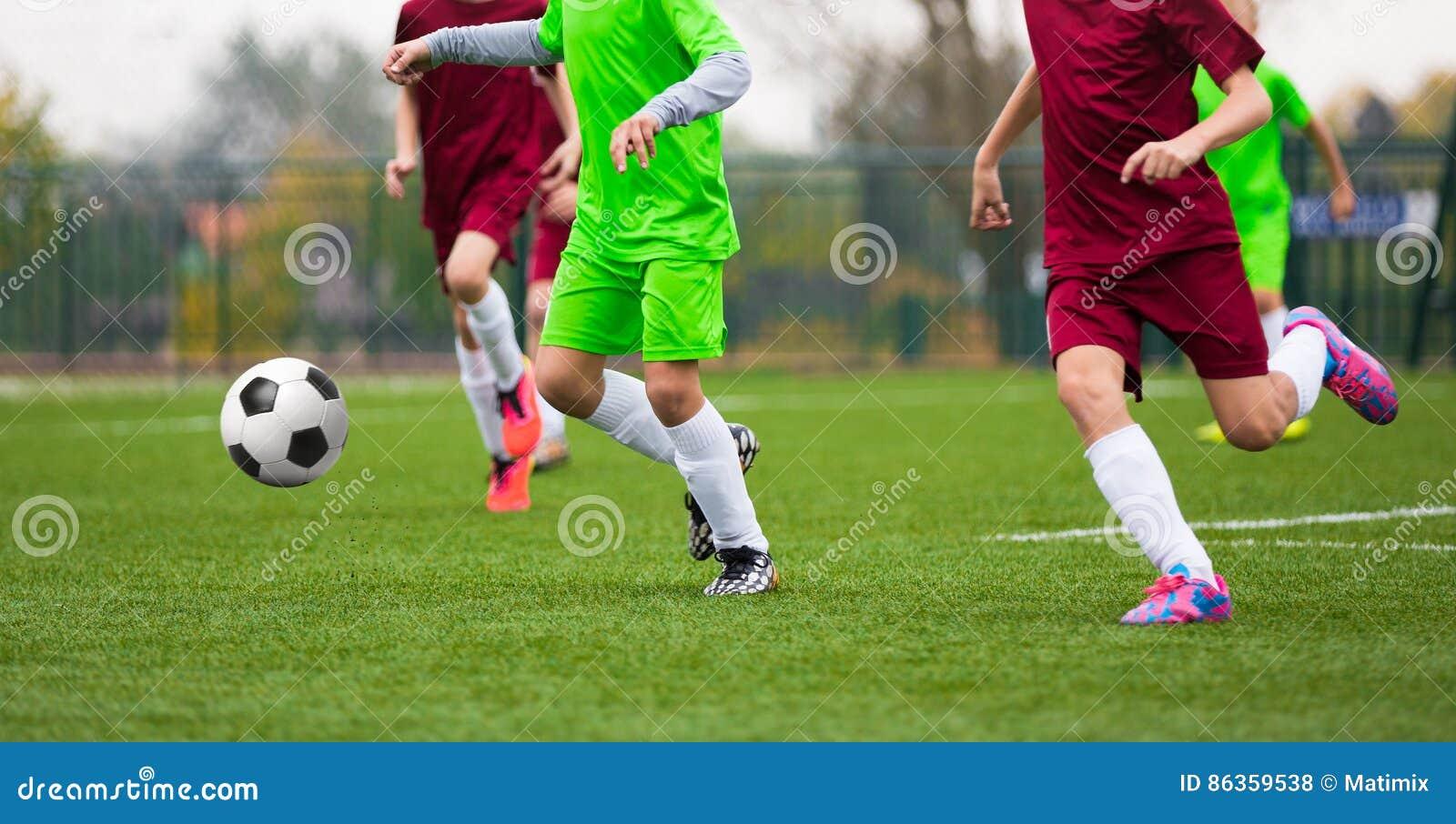 Immagini Di Calcio Per Bambini : Partita di calcio di calcio per i bambini bambini che giocano a