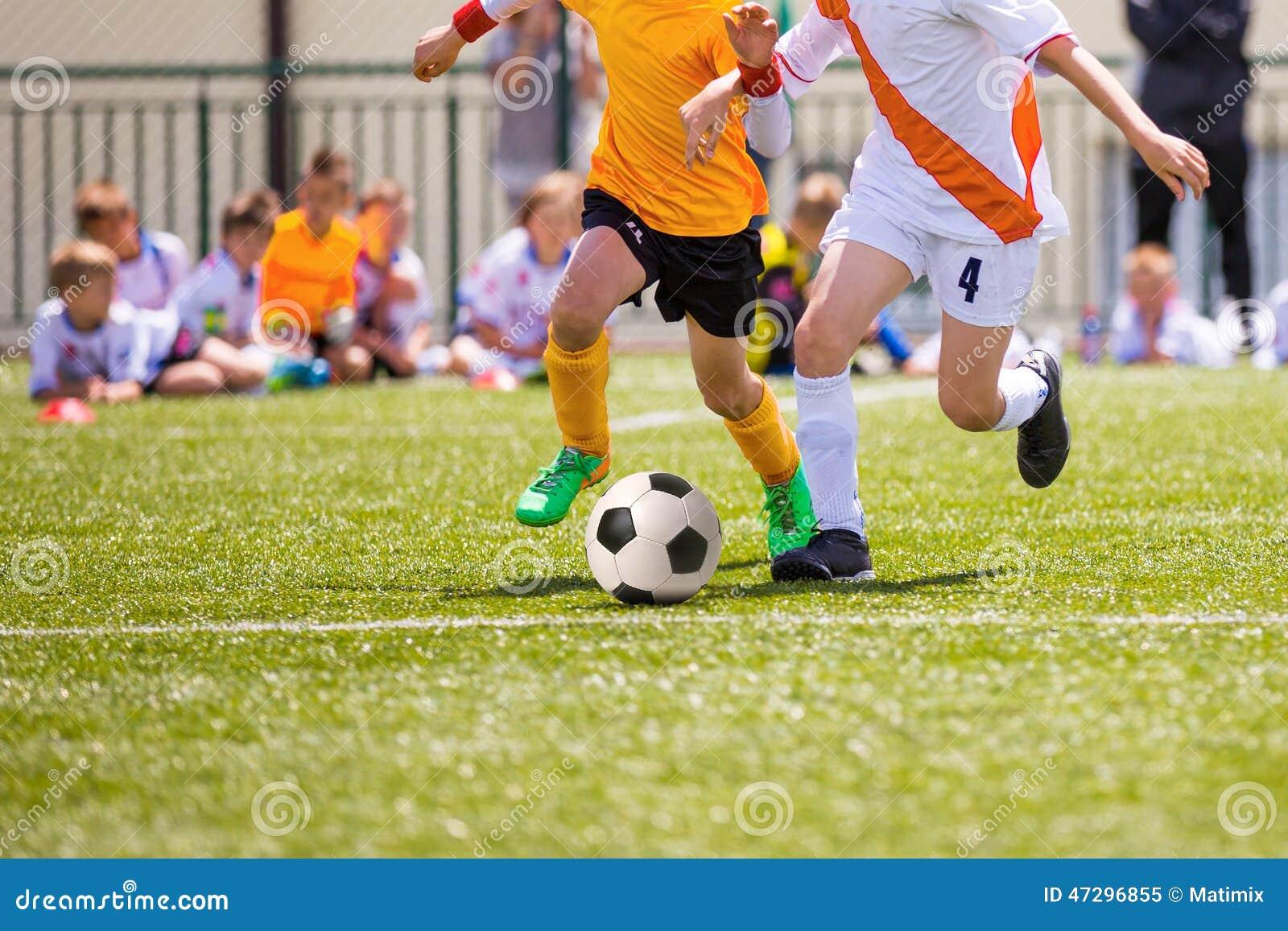 Immagini Di Calcio Per Bambini : Partita di calcio per i bambini ragazzi che giocano gioco del