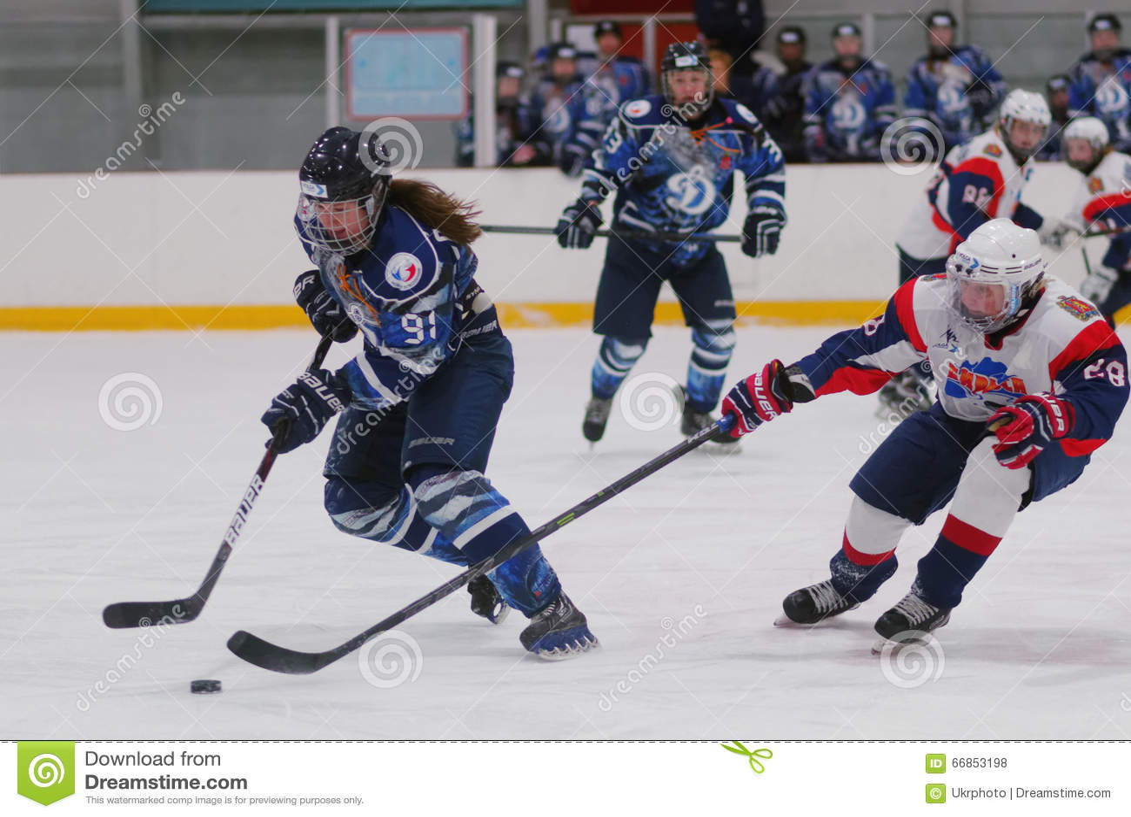Partita Dinamo St Petersburg del hockey su ghiaccio delle donne contro Biryusa Krasnojarsk