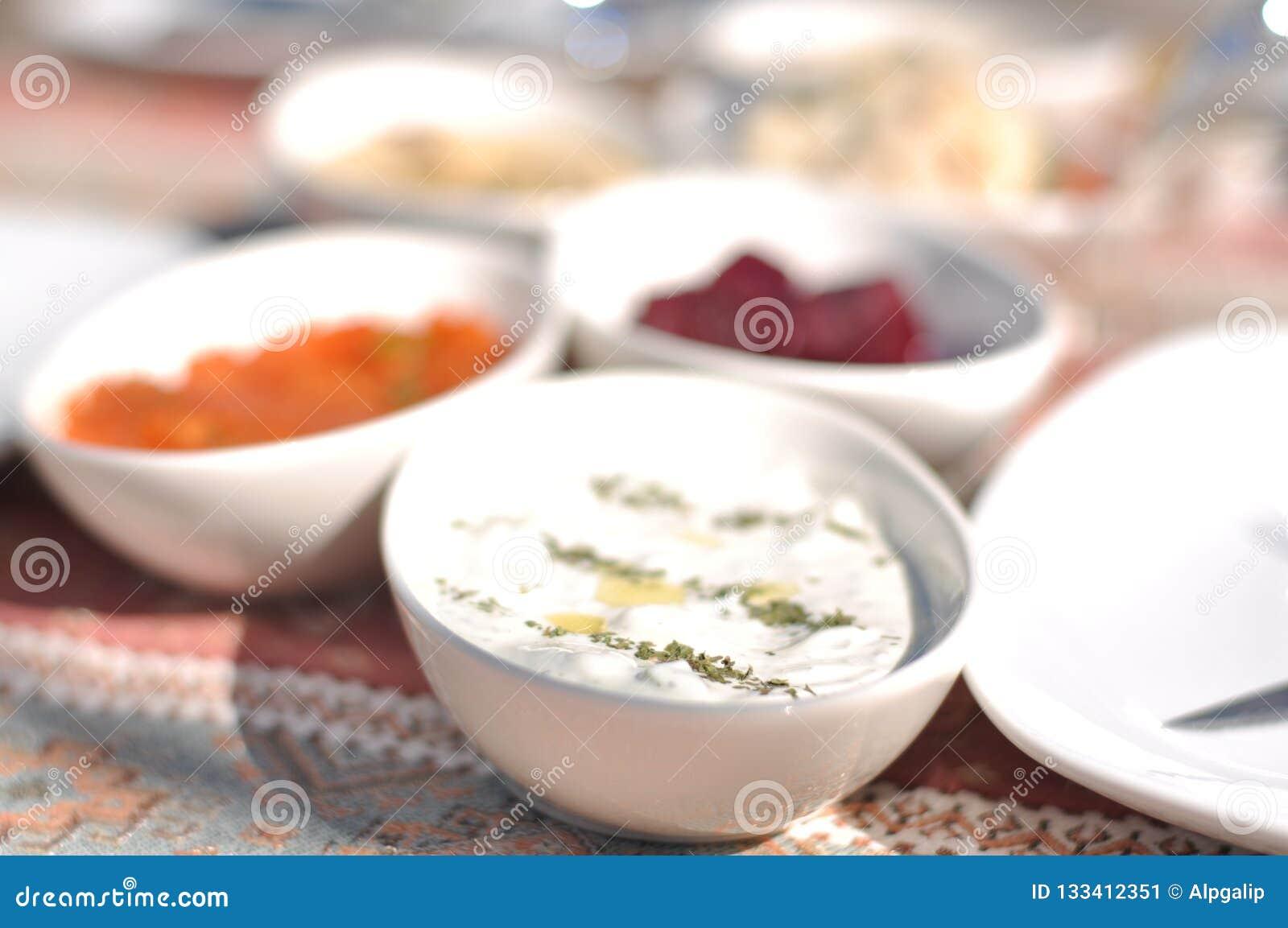 Partito cipriota del barbecue del kebap e del meze nel giardino con i kebaps deliziosi della carne e del pollo della miscela