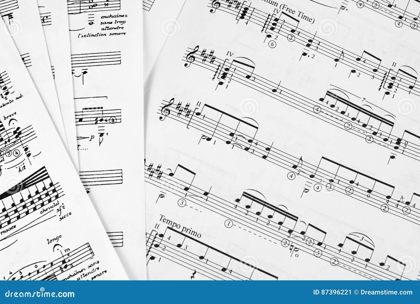 Partitura delle note che impara il coro basso del conduttore dello spartito di orchestra della flauto dell oboe del violoncello d