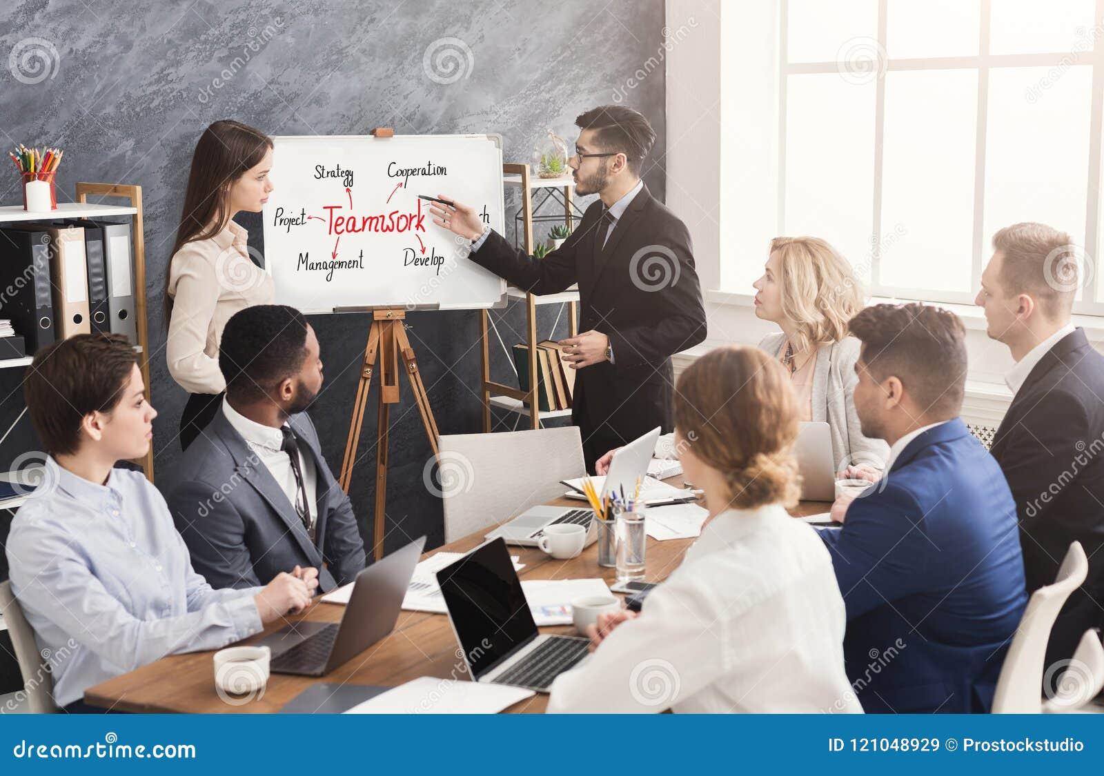 Partner straniero che fa presentazione di affari