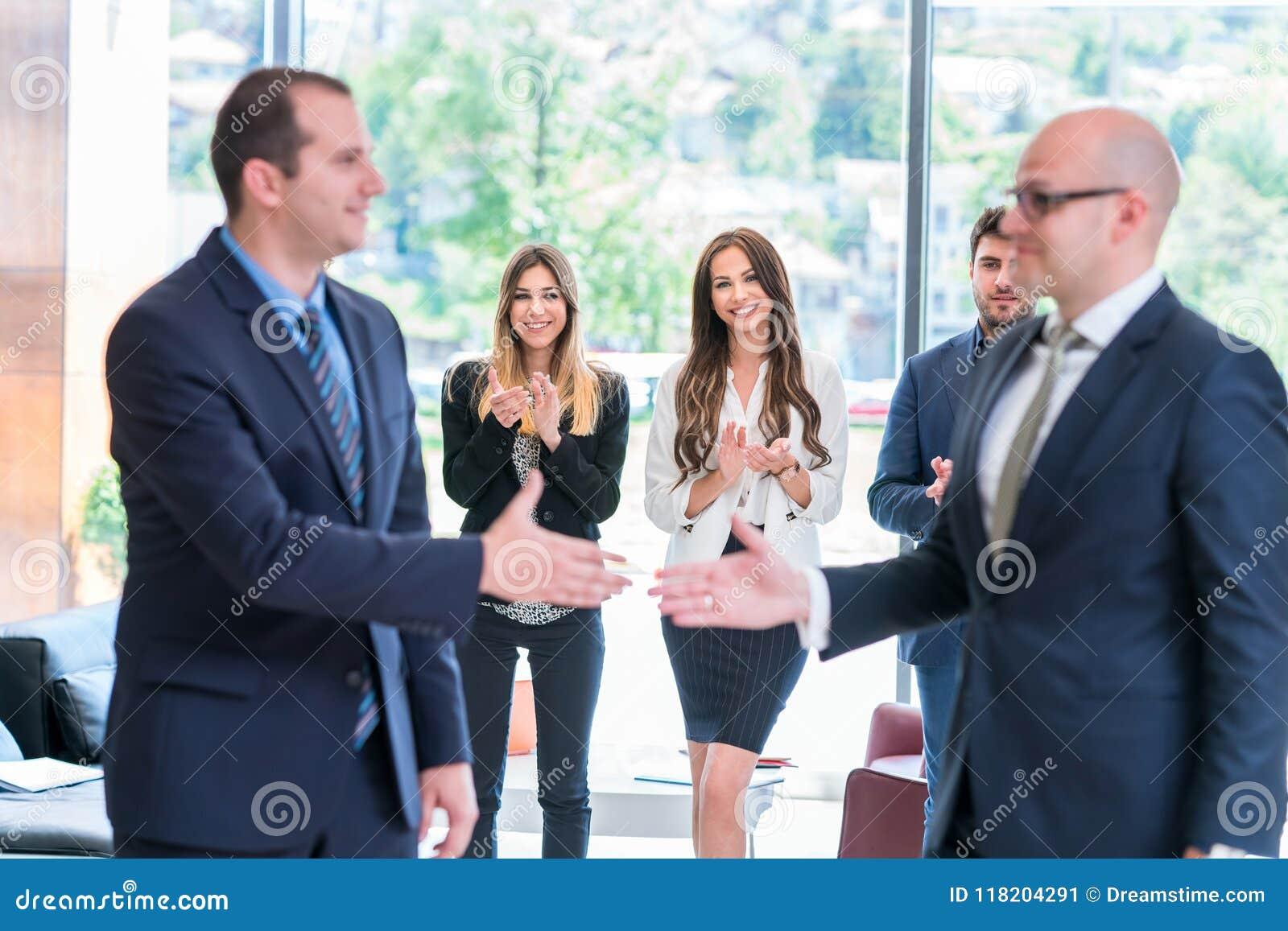 Partnera biznesowego handshaking po podpisywać kontrakt